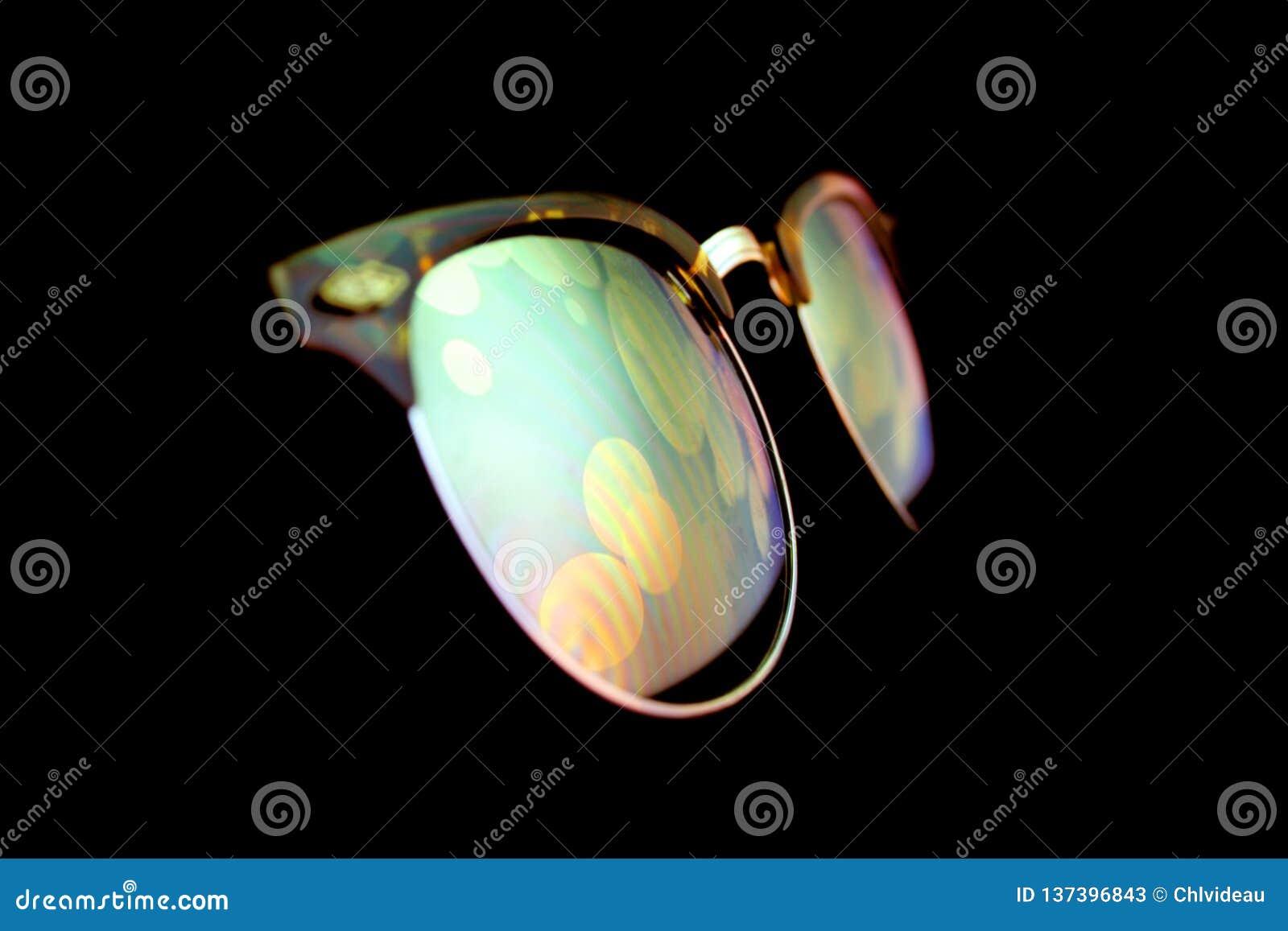 Ganz eigenhändig geschriebe Schirmreflexion auf Sonnenbrille in der Nacht