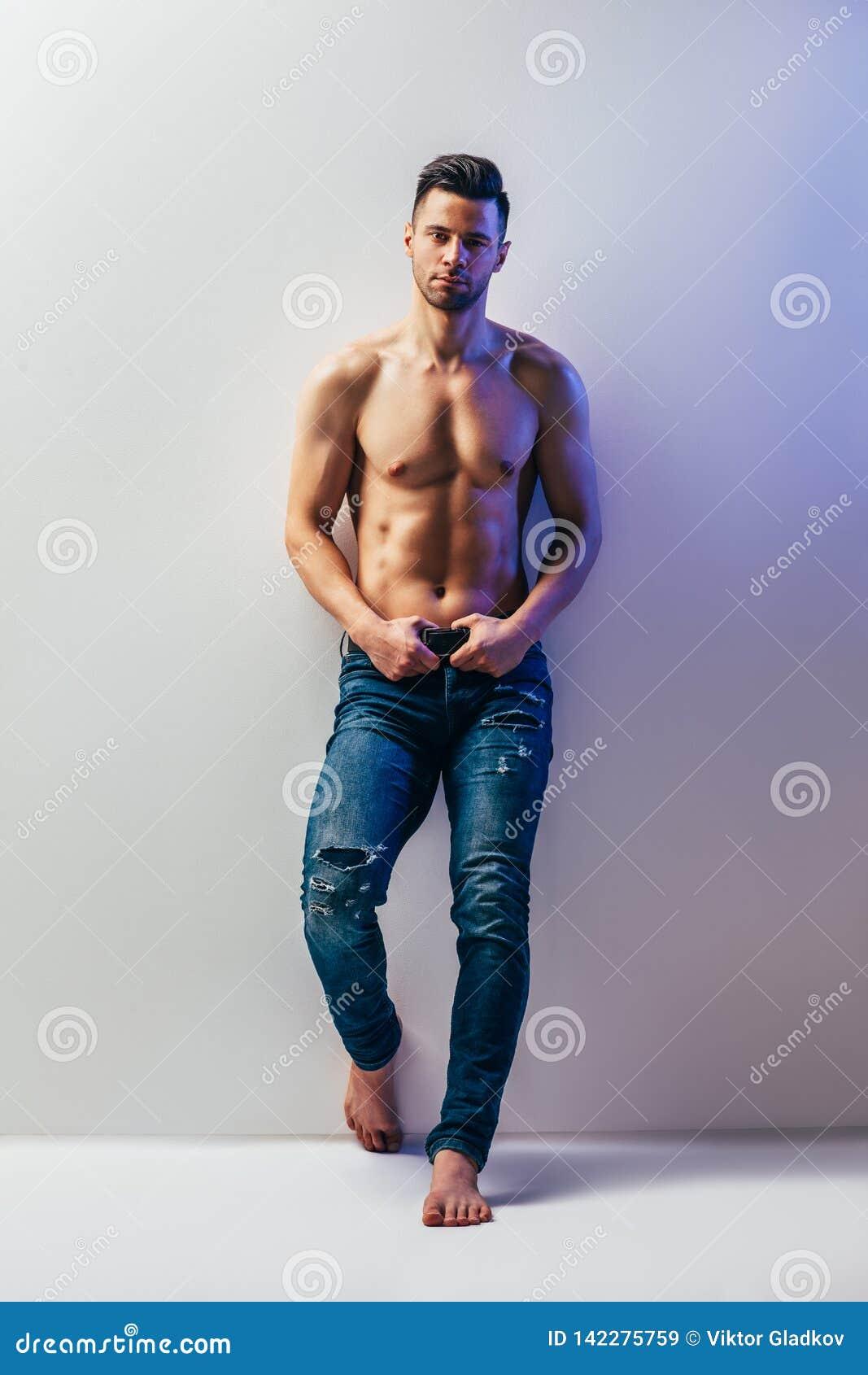 Ganzaufnahme des sexy muskulösen hemdlosen Mannes