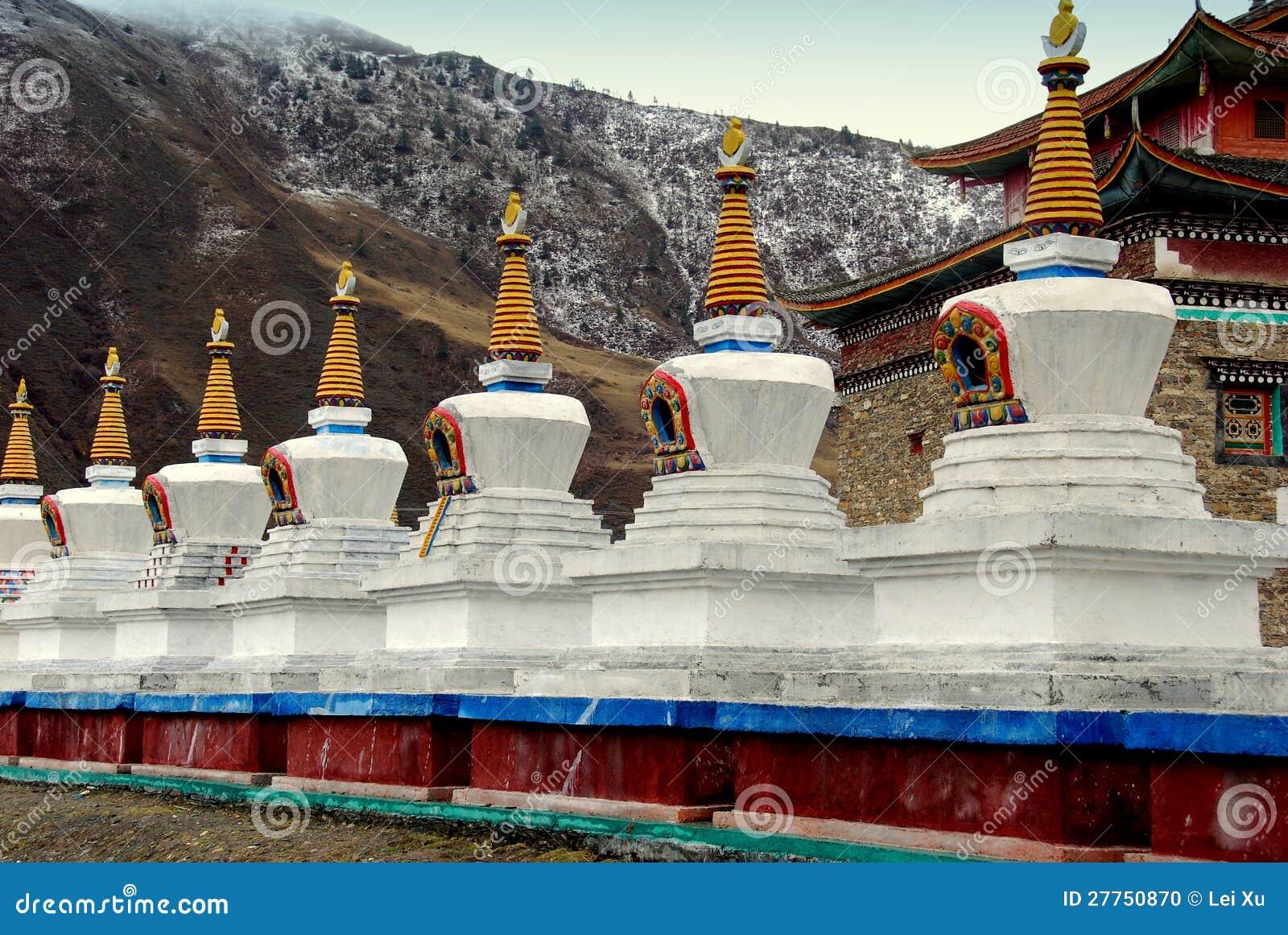 Ganzi, Chine : Dagobas blanc au monastère