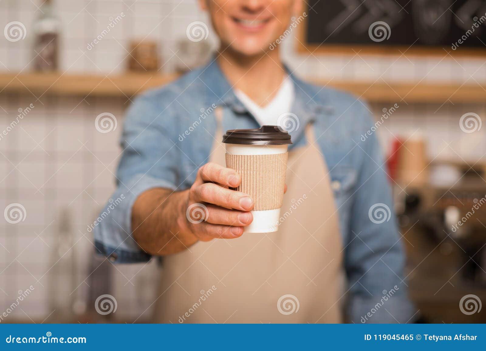 Garçom que guarda o café para ir