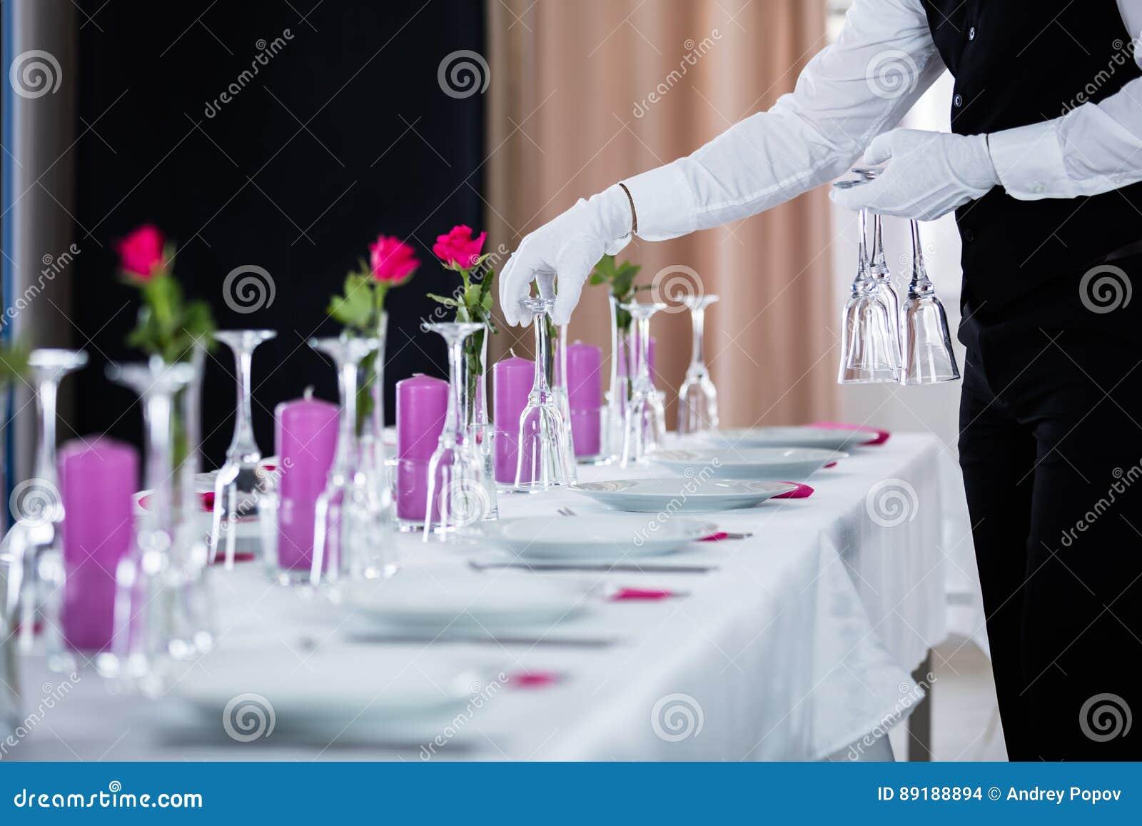 Garçom Setting Wedding Table