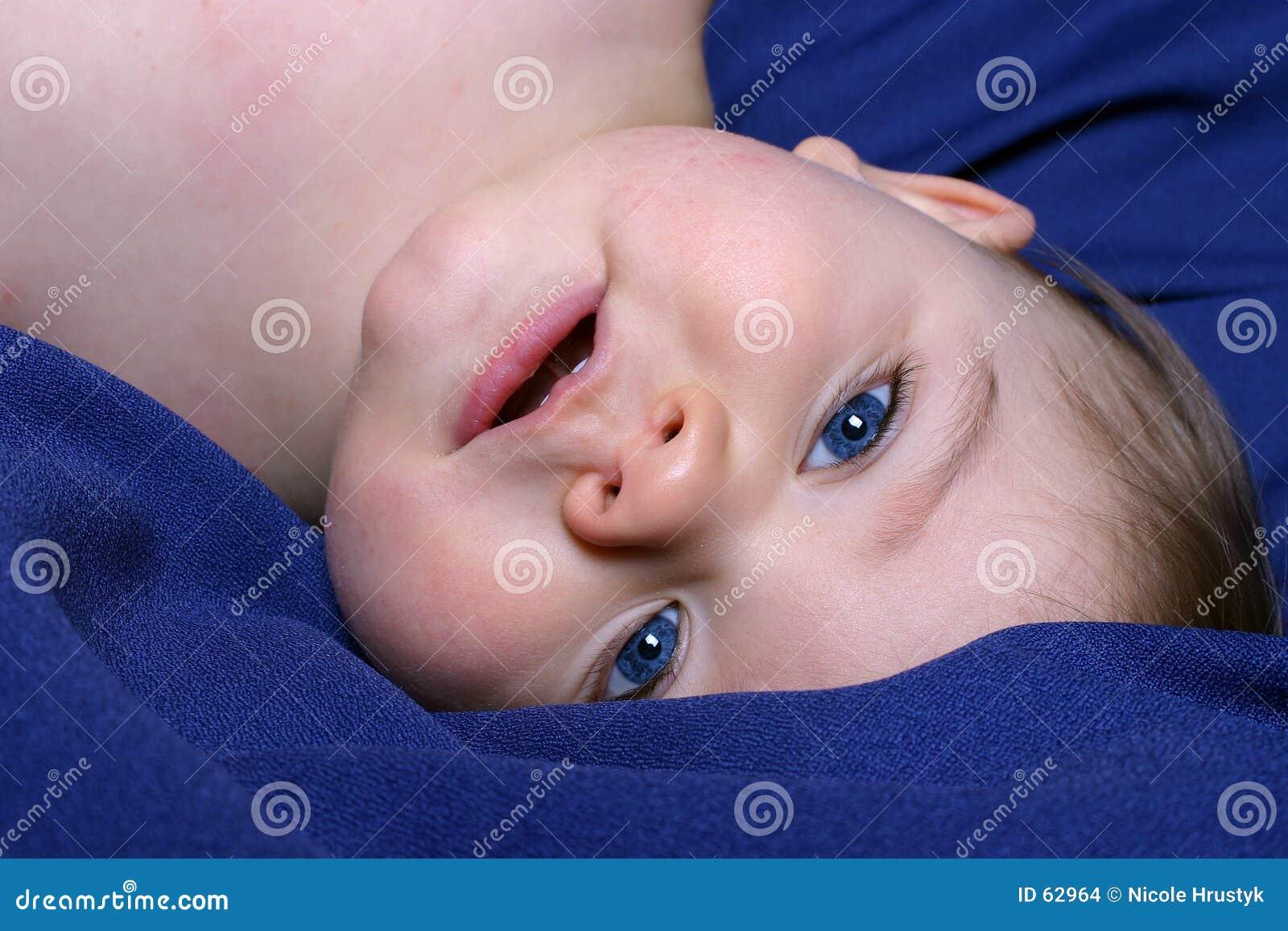 Download Garçon à l'envers photo stock. Image du enfant, sourire - 62964