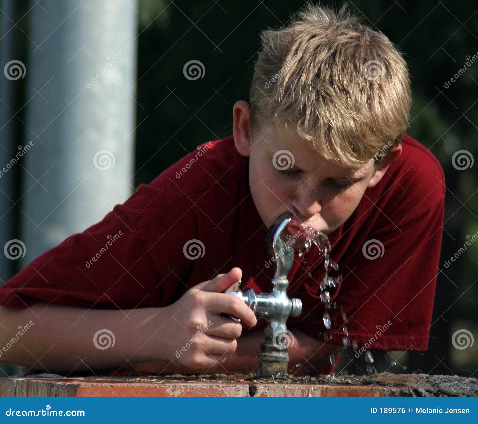 Garçon à la fontaine