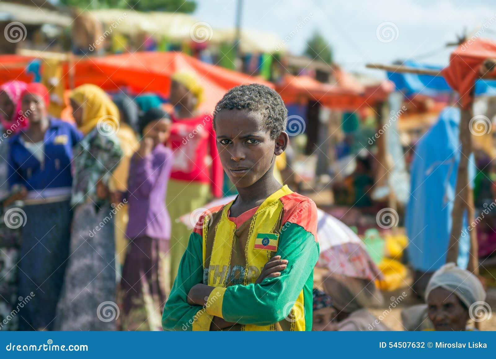 Garçon éthiopien à un marché local
