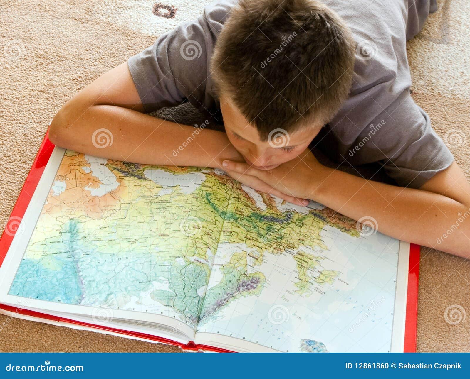 Garçon étudiant une carte