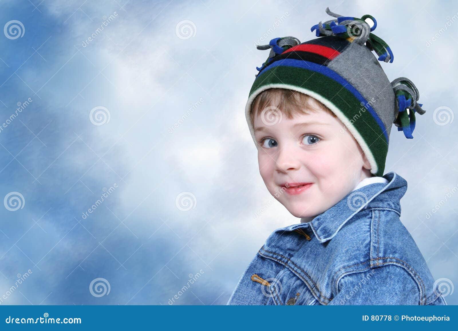 Garçon adorable dans le chapeau de l hiver