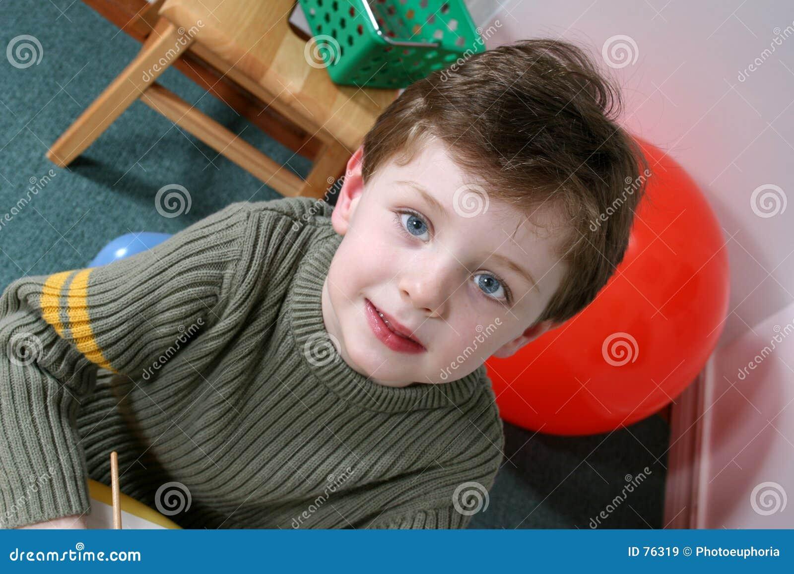 Garçon adorable de quatre ans avec des œil bleu de cheveu blond