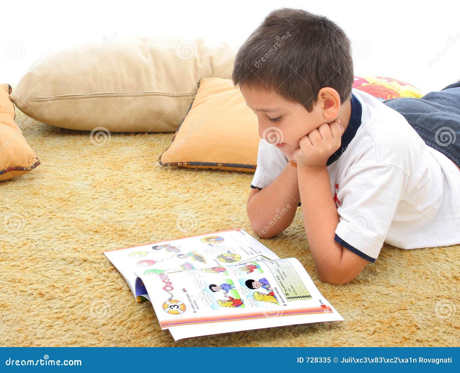 Garçon affichant un livre sur l étage