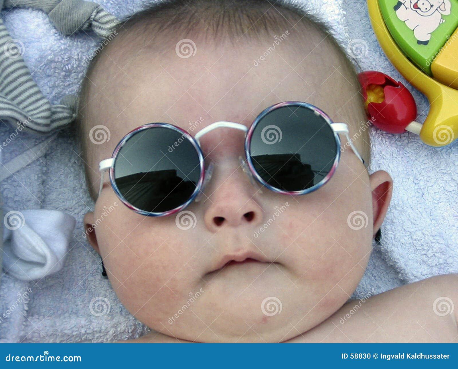 Garçon avec des lunettes de soleil