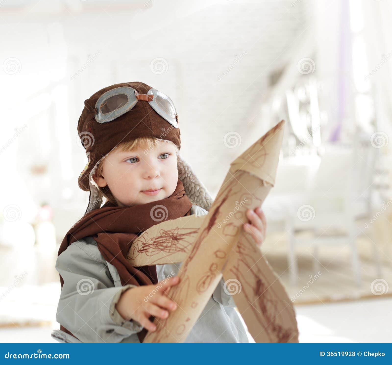 Garçon avec l avion à disposition