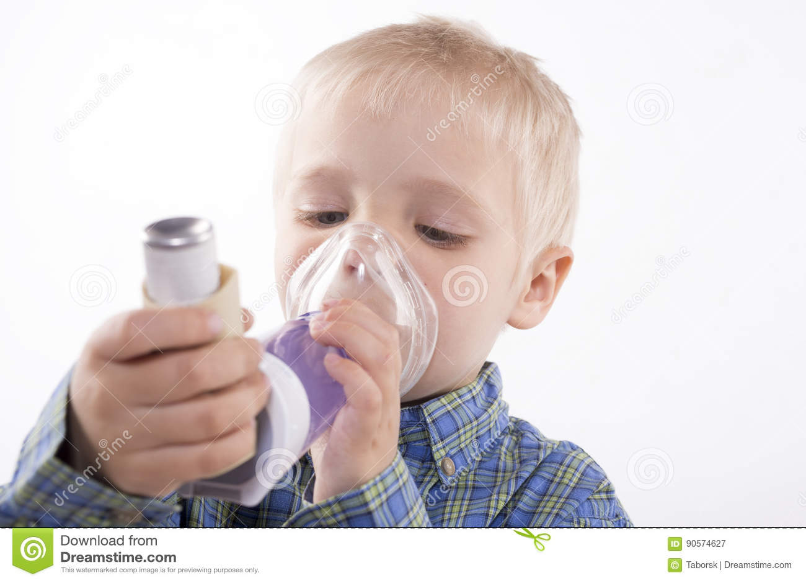 Garçon avec l inhalateur d asthme