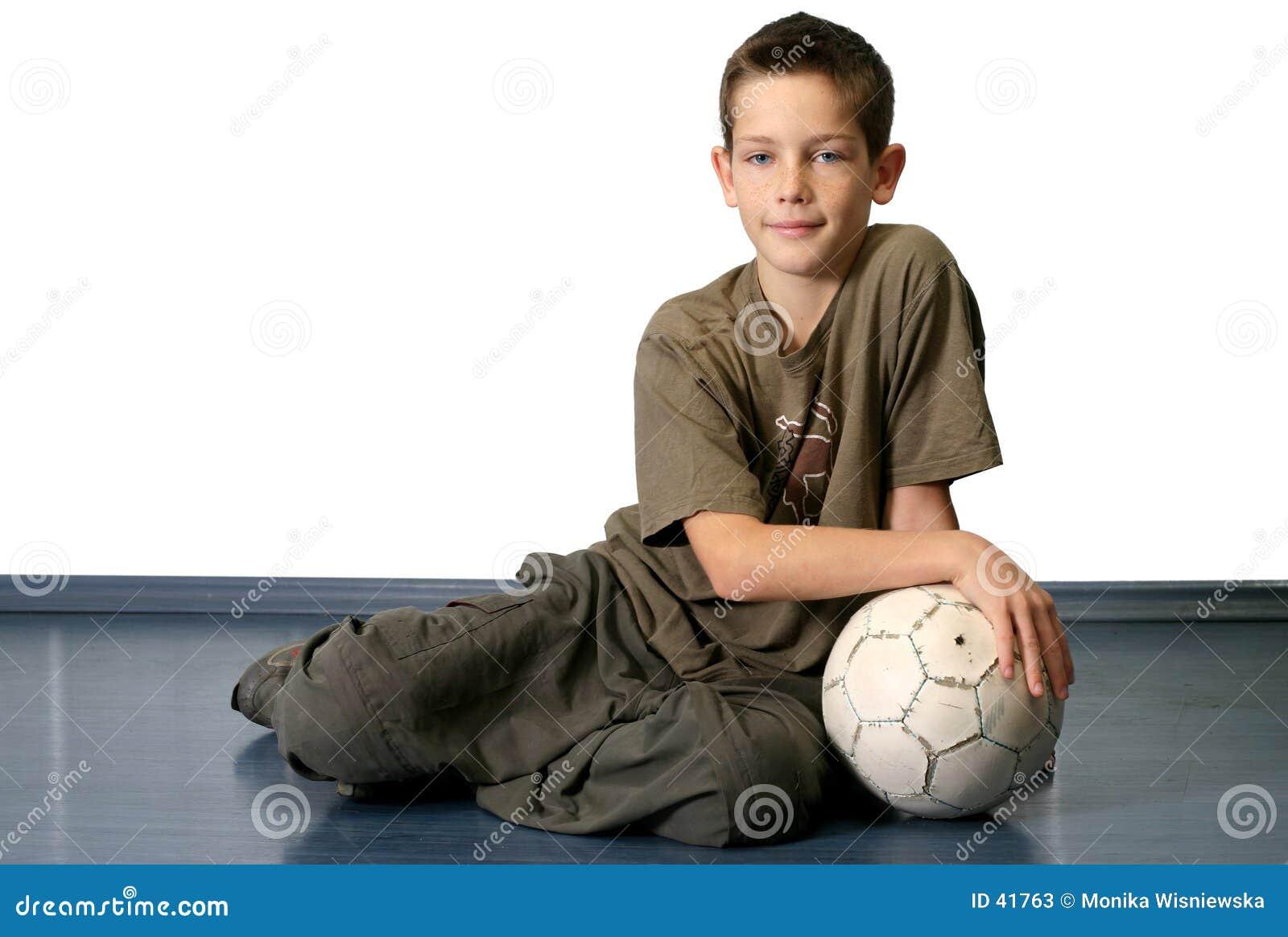 Garçon avec la bille de football