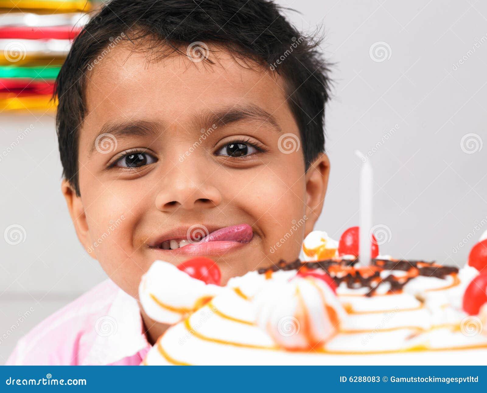 Garçon avec le gâteau d anniversaire