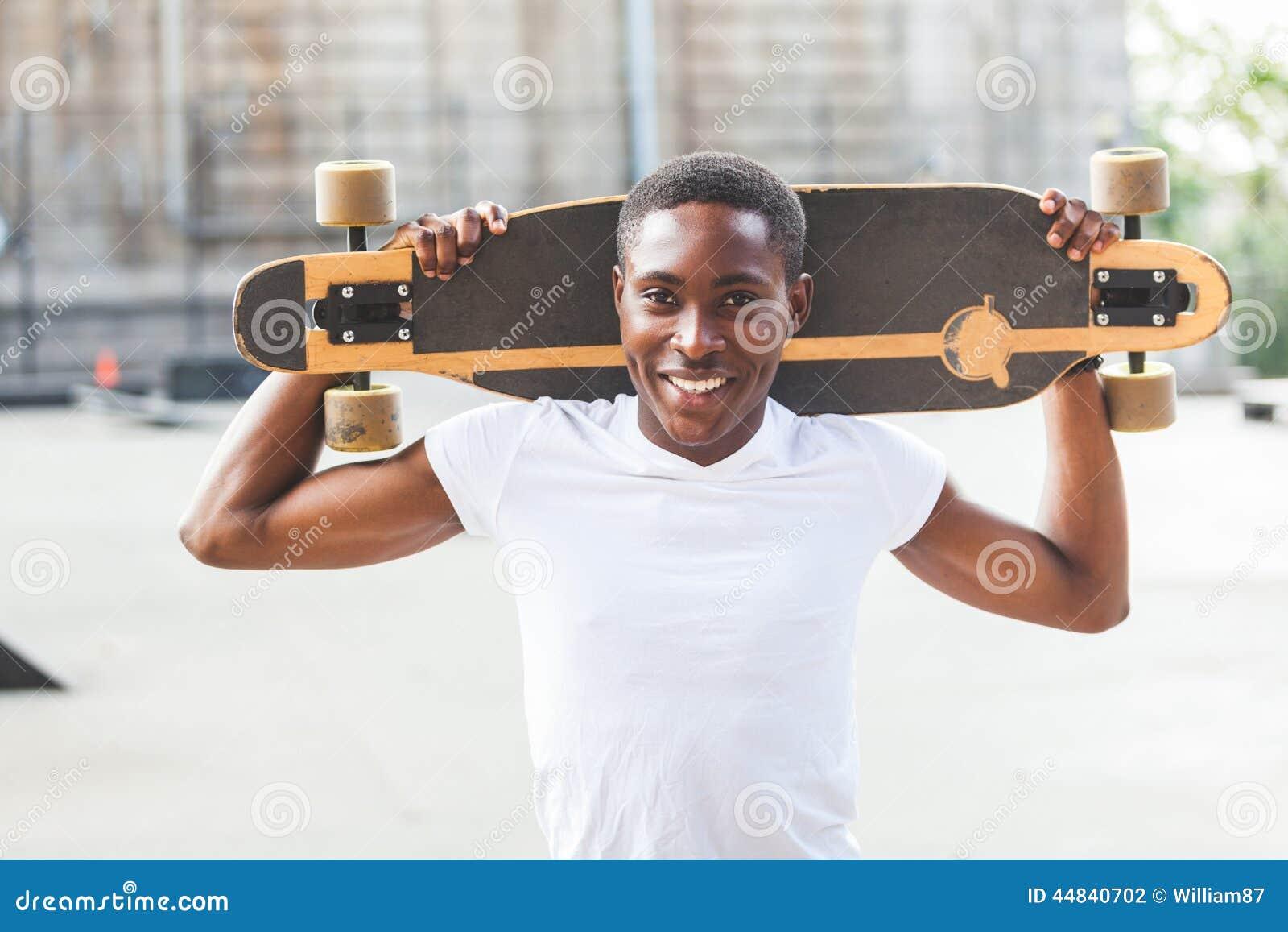 Garçon avec Longboard