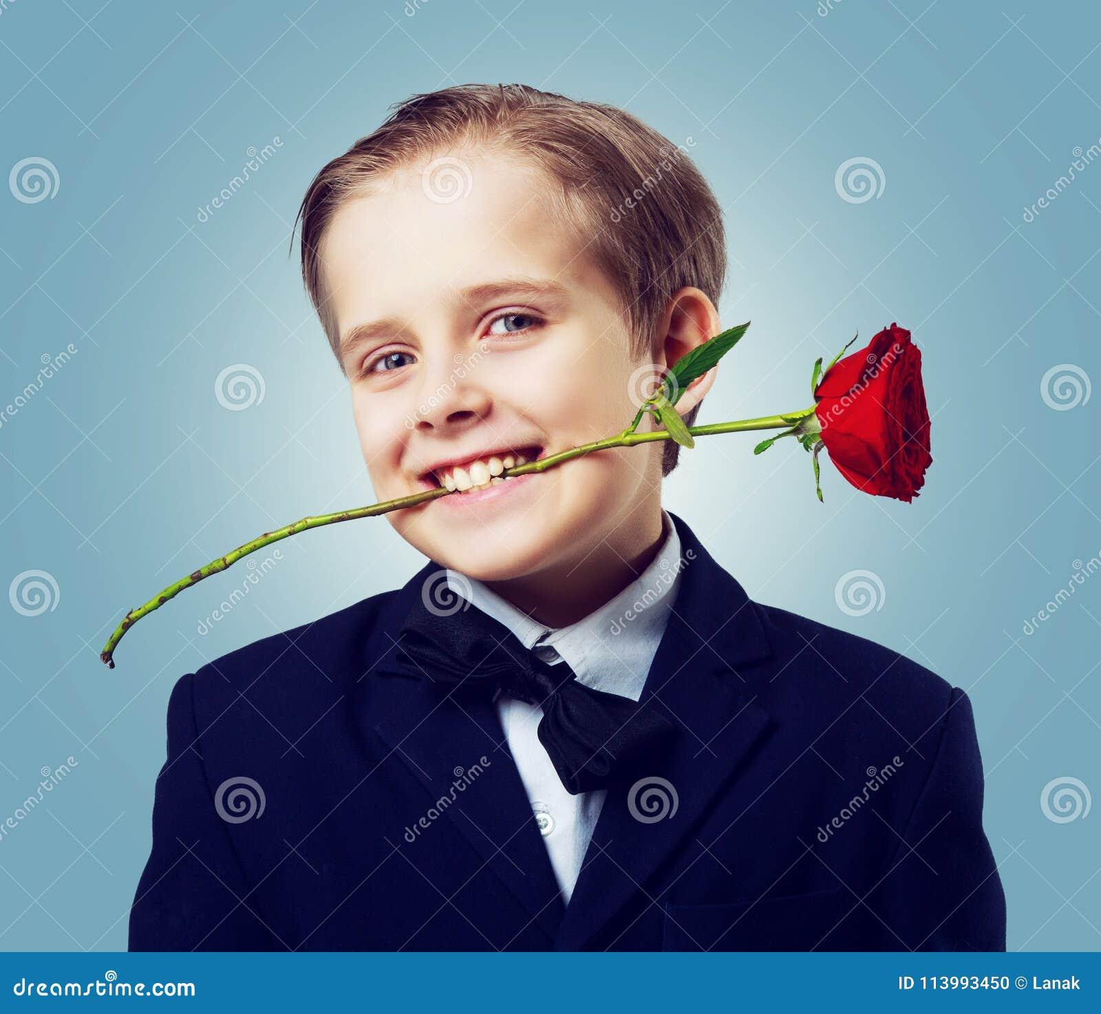 Garçon avec une rose dans des ses dents