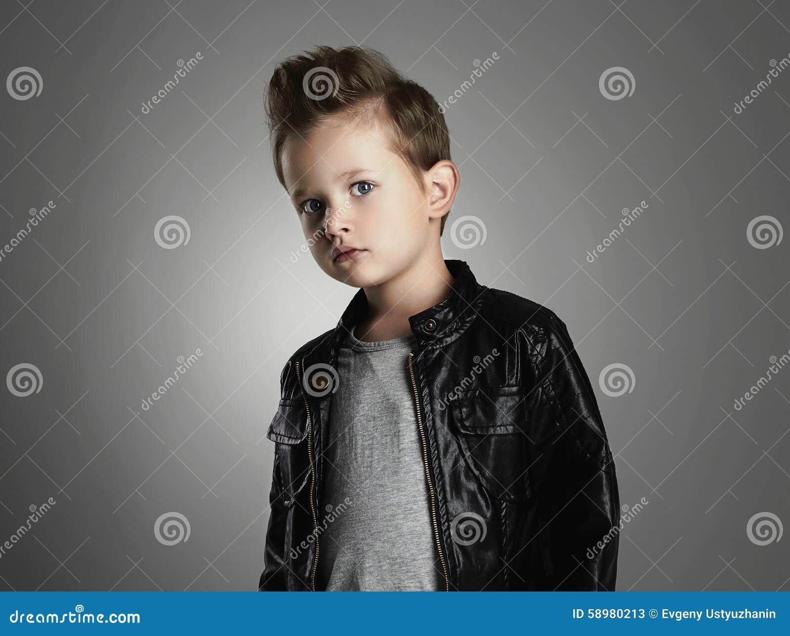 Garcon Beau Avec La Coiffure A La Mode Enfant A La Mode Dans Le
