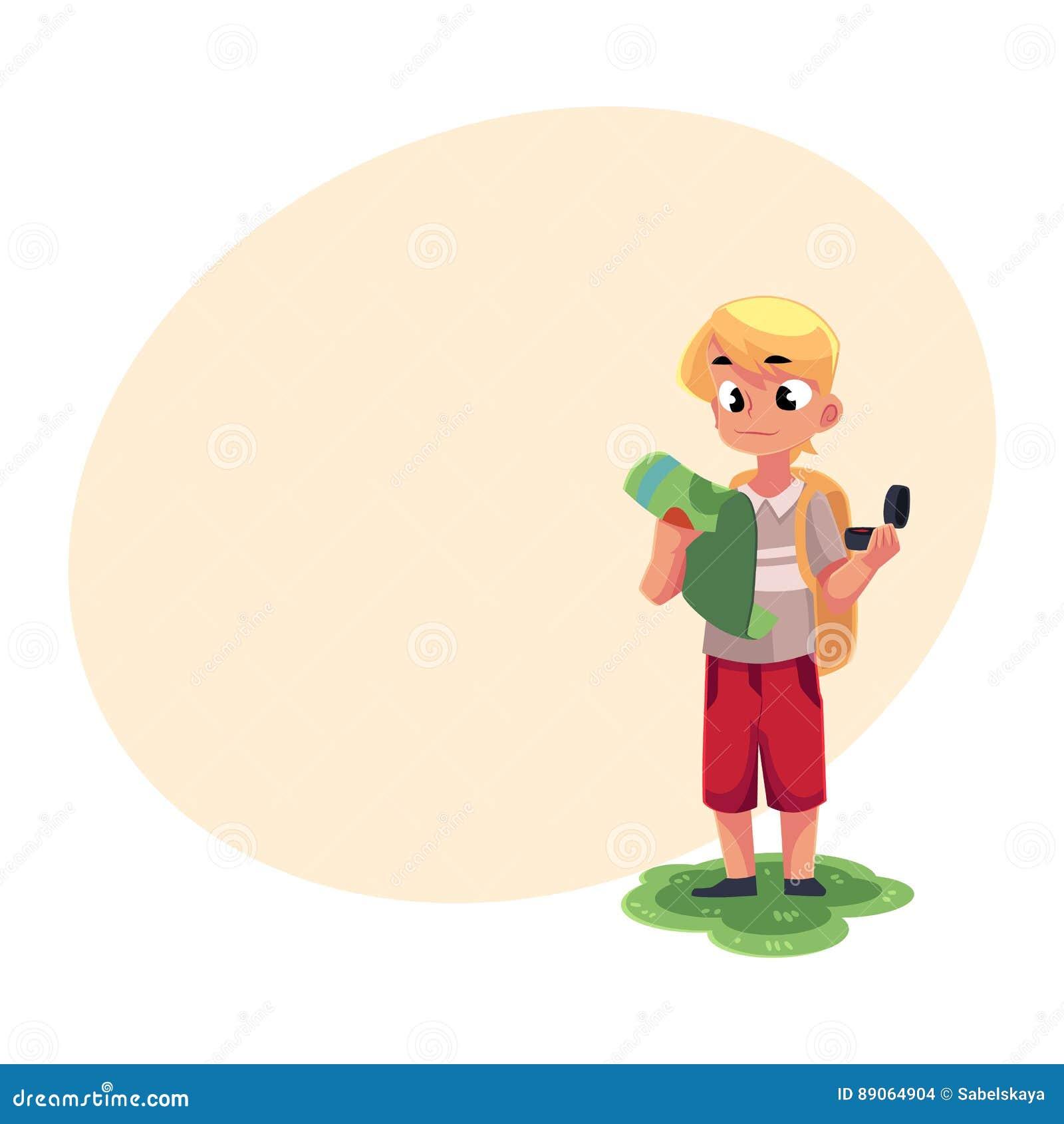 Garçon caucasien adolescent avec un sac à dos étudiant la carte, tenant la boussole