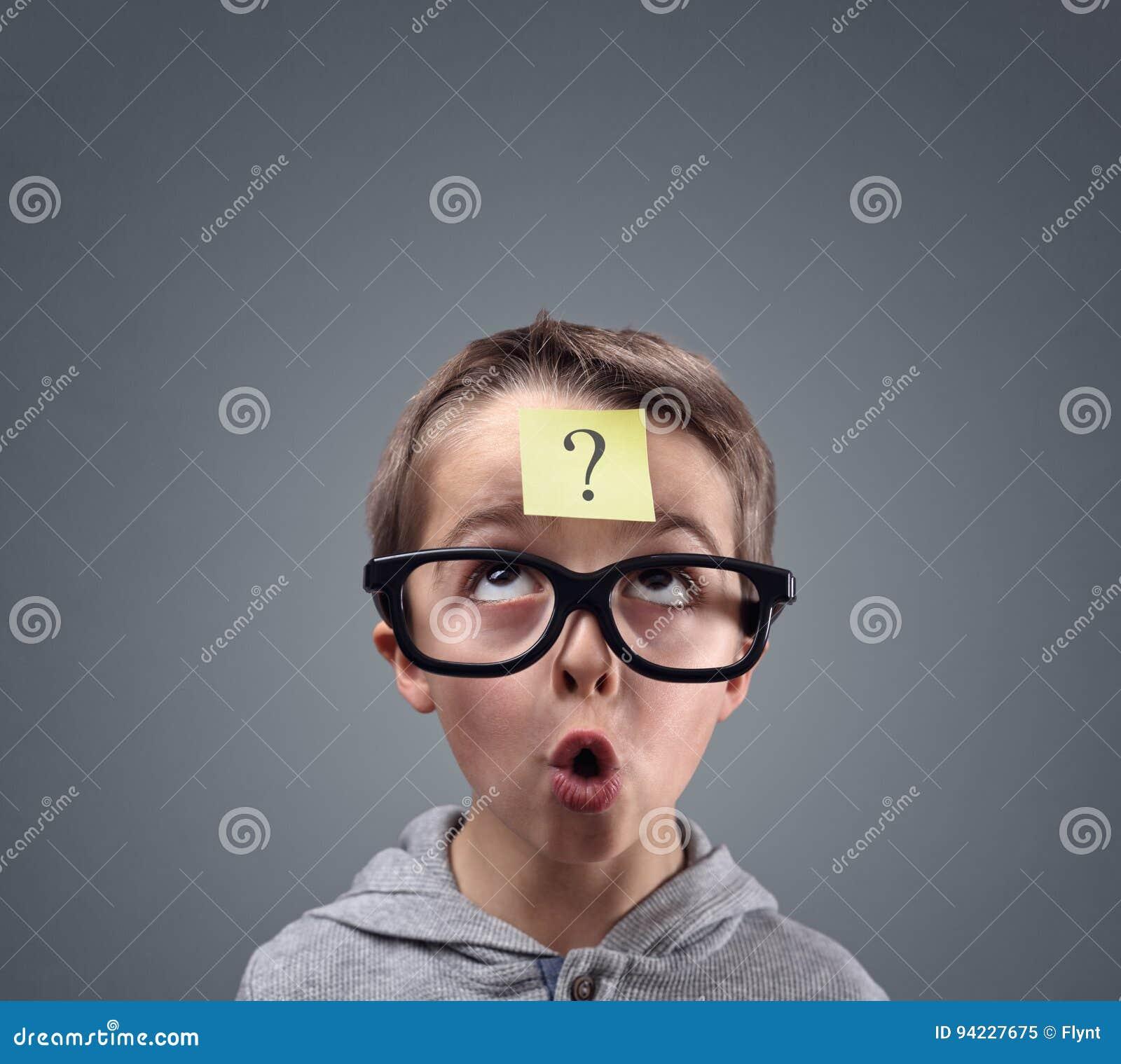 Garçon confus pensant avec le point d interrogation