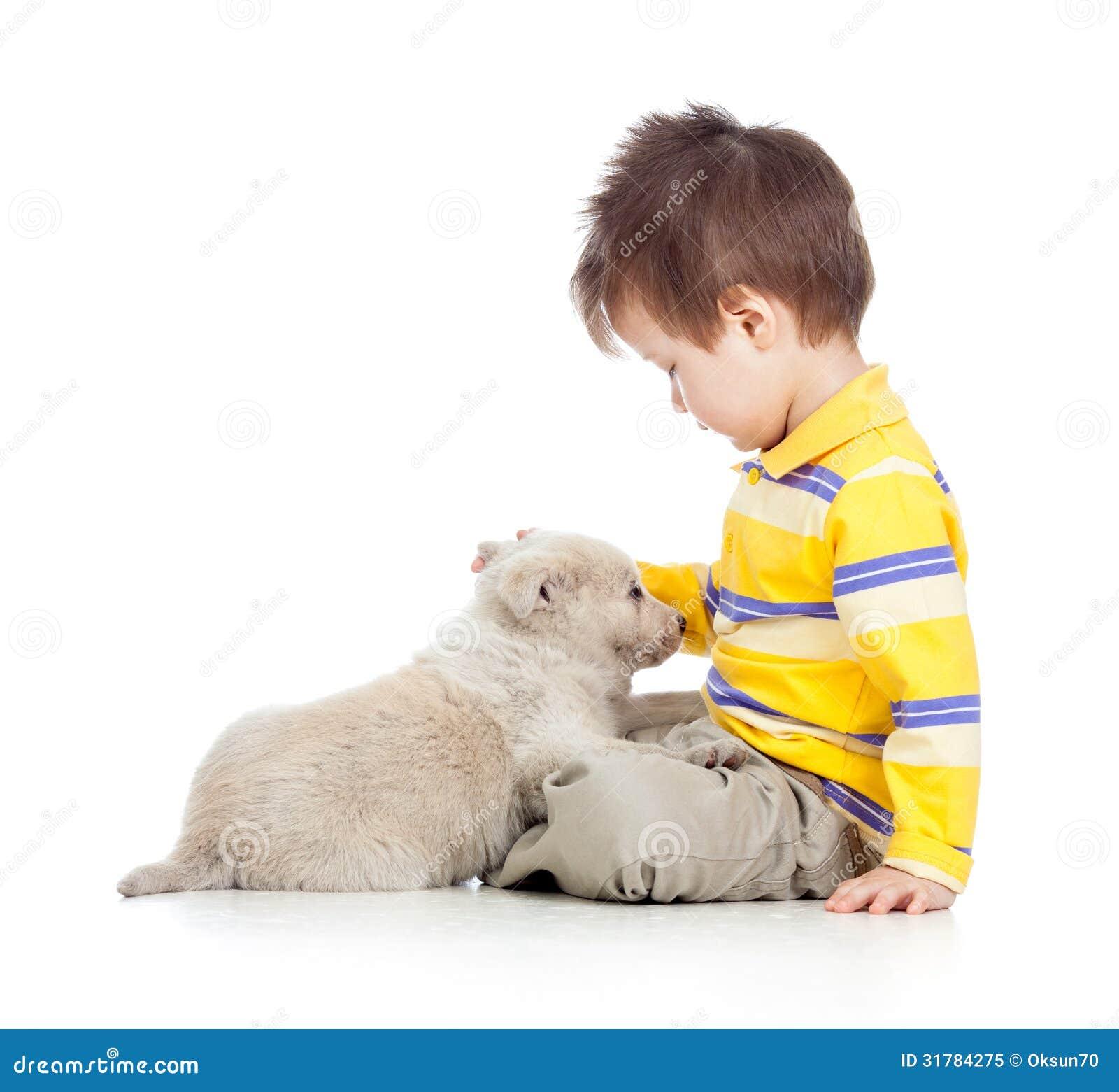 Garçon d enfant avec le chiot