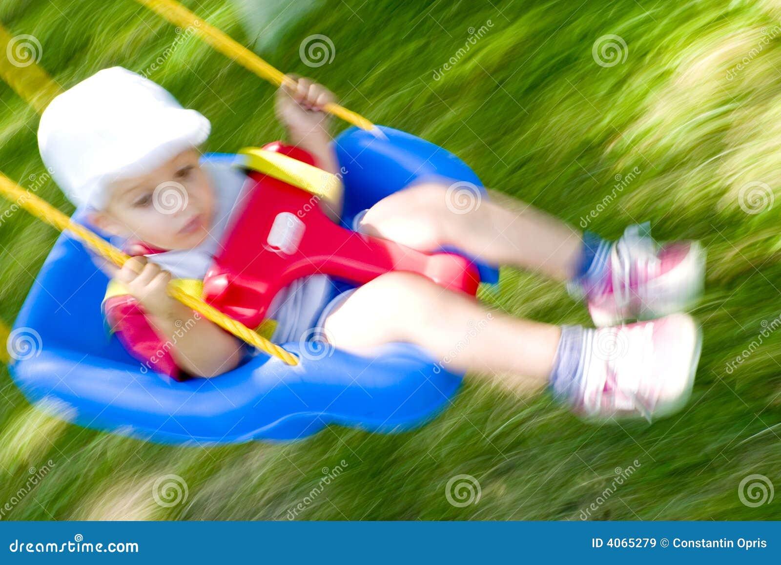 Garçon d enfant en bas âge dans l oscillation