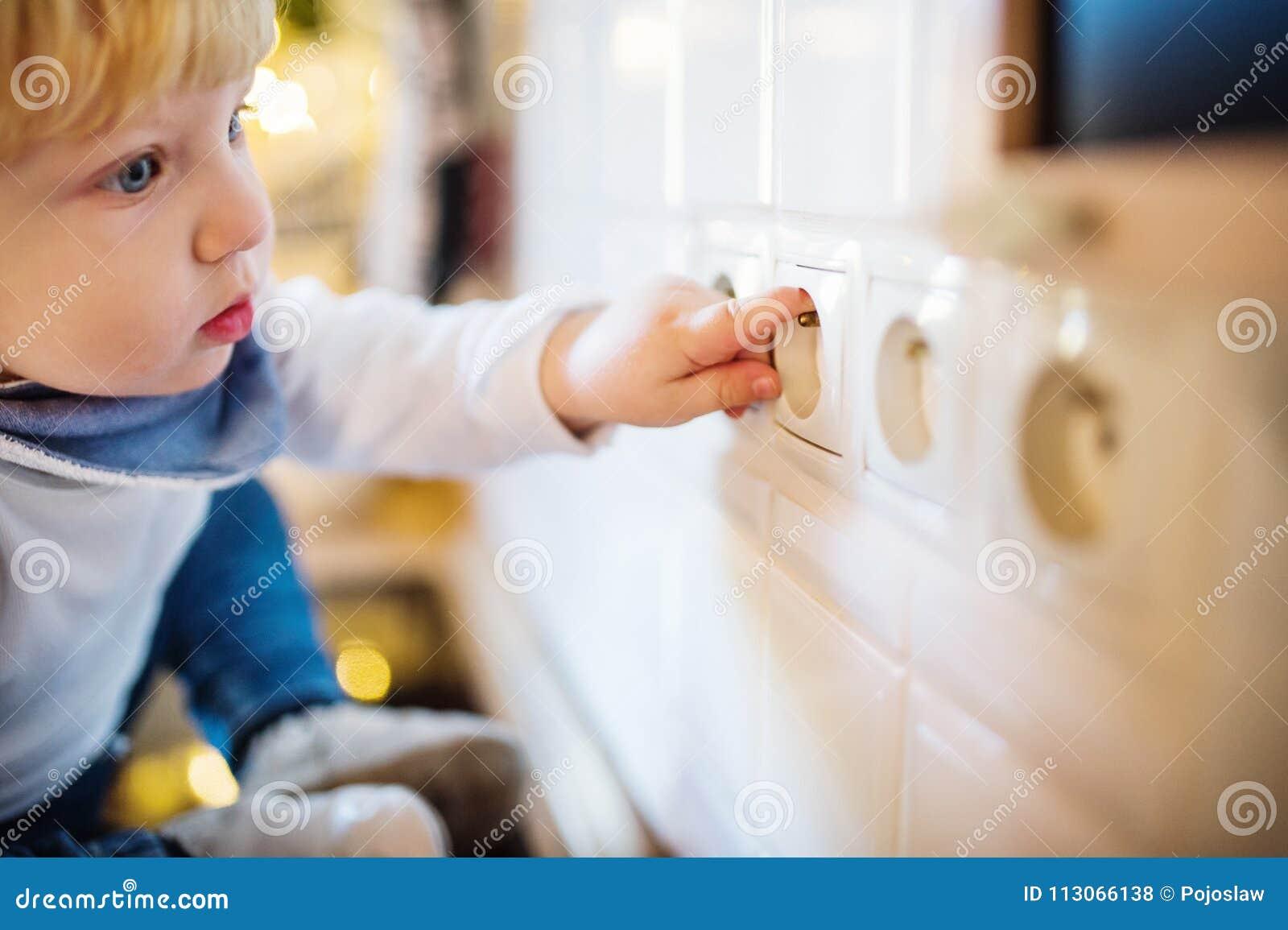 Garçon d enfant en bas âge dans la situation dangereuse à la maison Concept de sécurité de l enfant