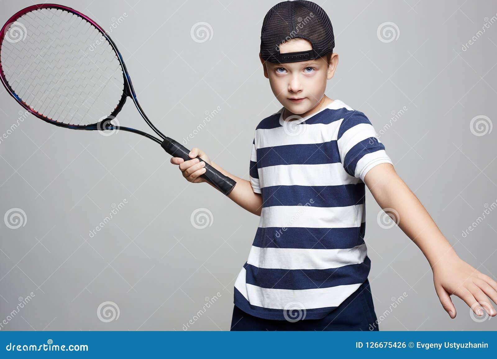 377f85f872655 Garçon D enfant Jouant Le Tennis Enfants De Sport Photo stock ...