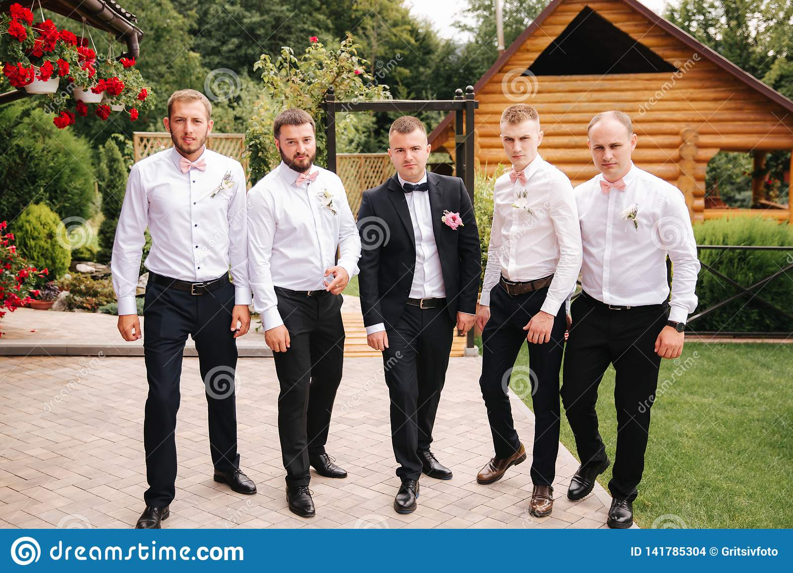 Garçon d honneur élégant avec le marié se tenant sur l arrière-cour et se préparer à la cérémonie l épousant L ami passent le tem