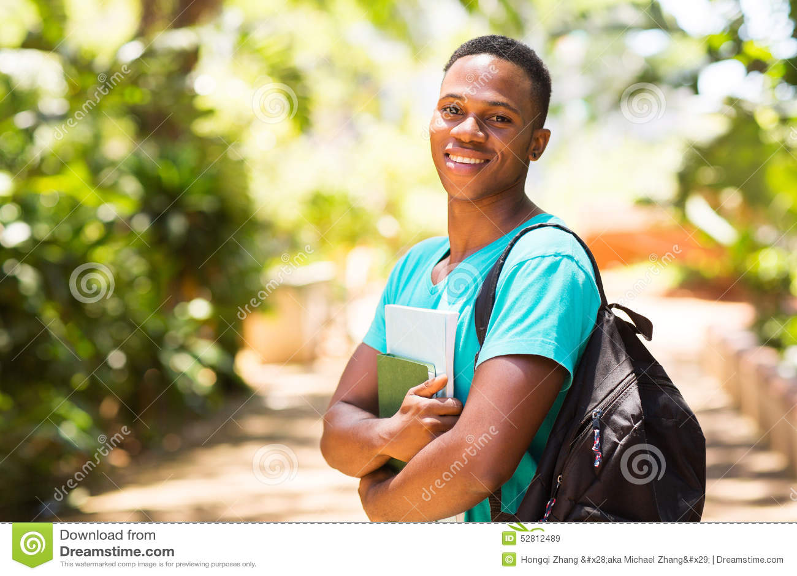Garçon d université sur le campus