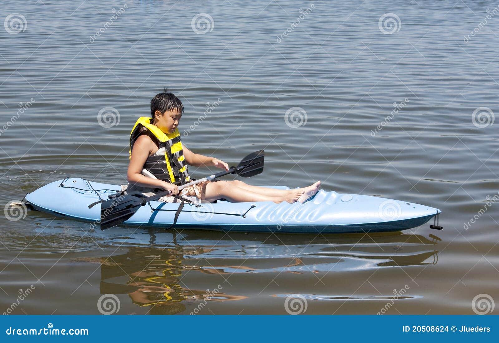 Garçon dans un kayak
