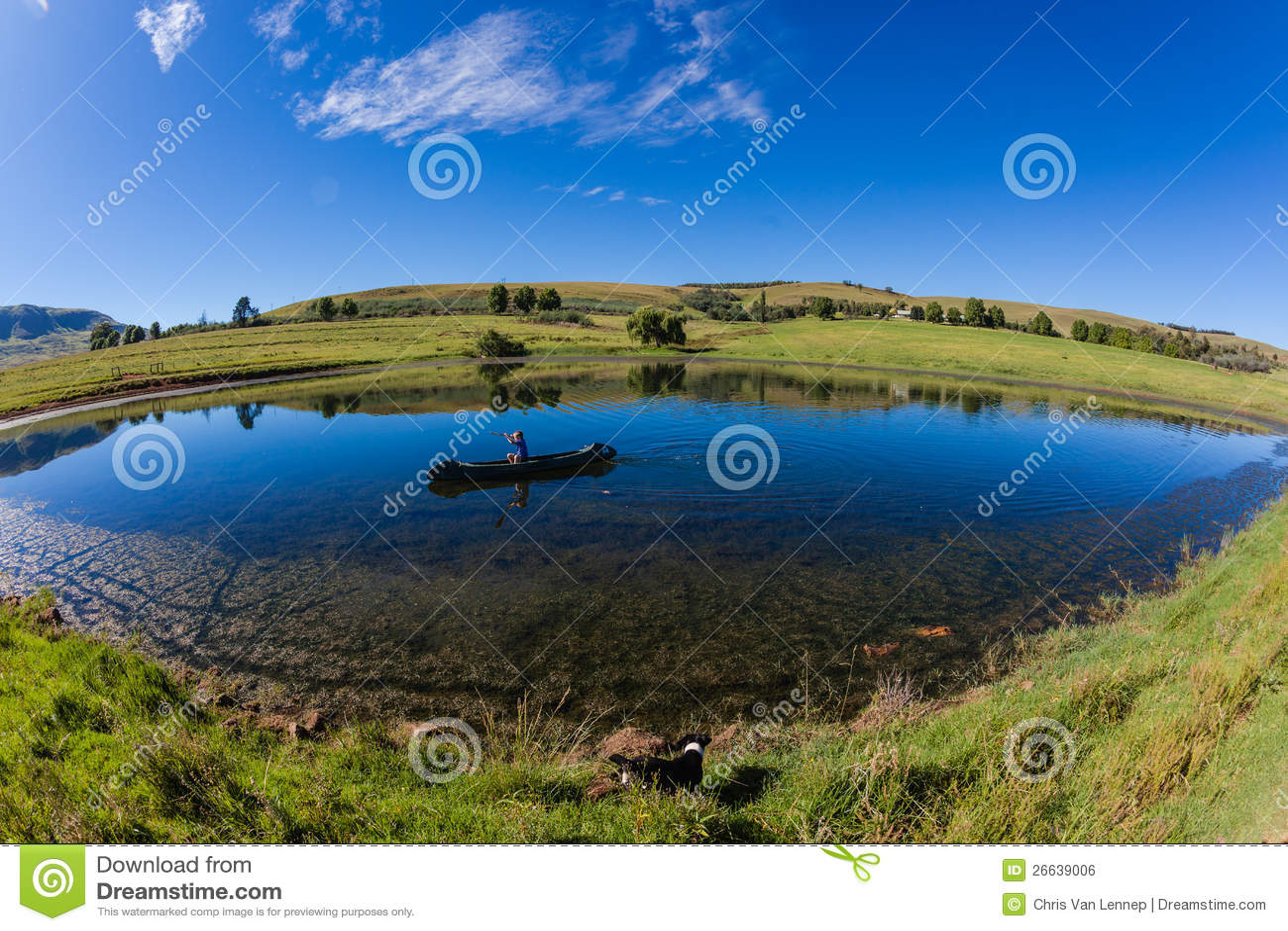 Garçon de canoë de lac mountain