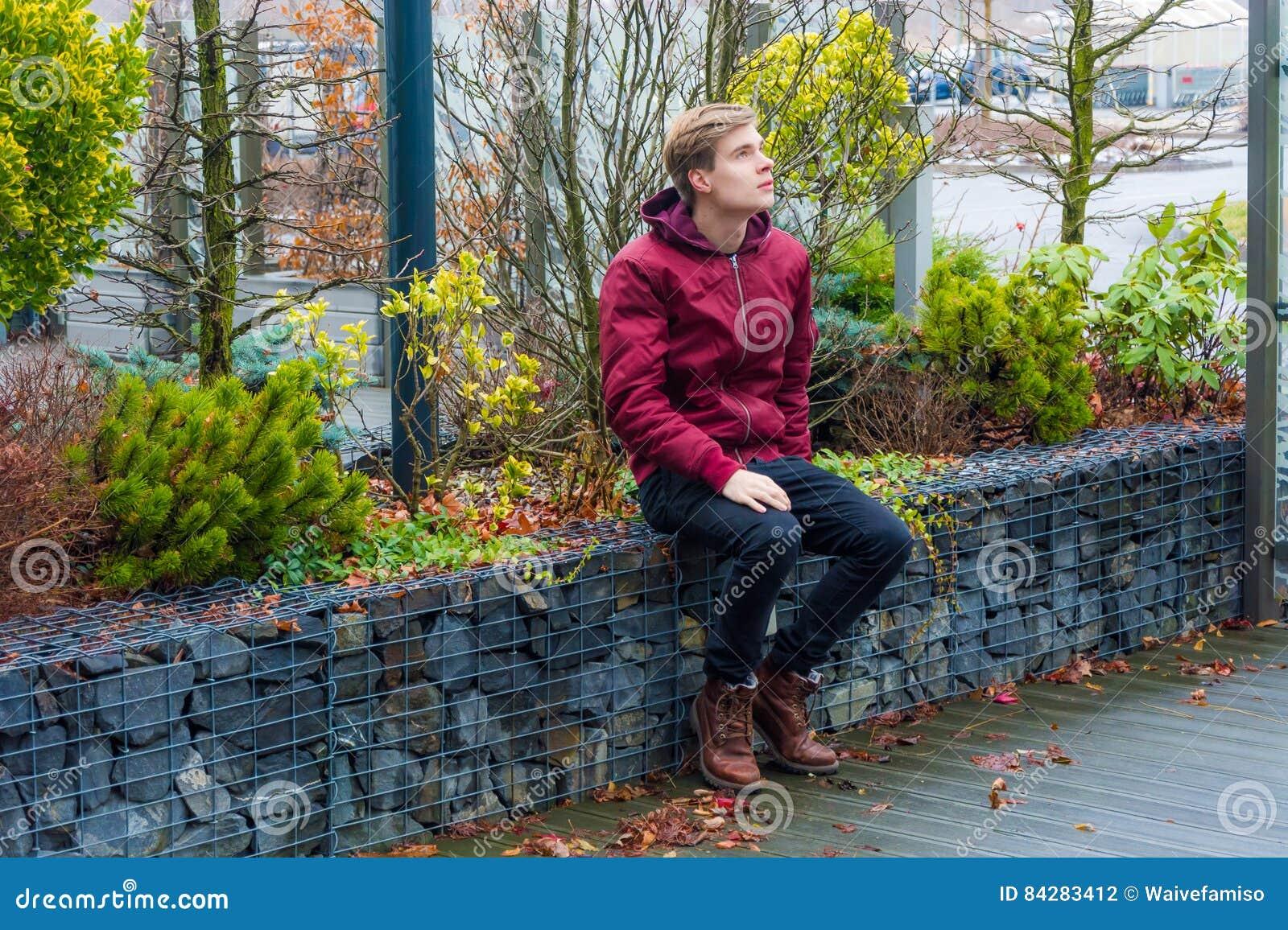 Garçon de l adolescence rêvant de futurs idées, visions et expectin de plans