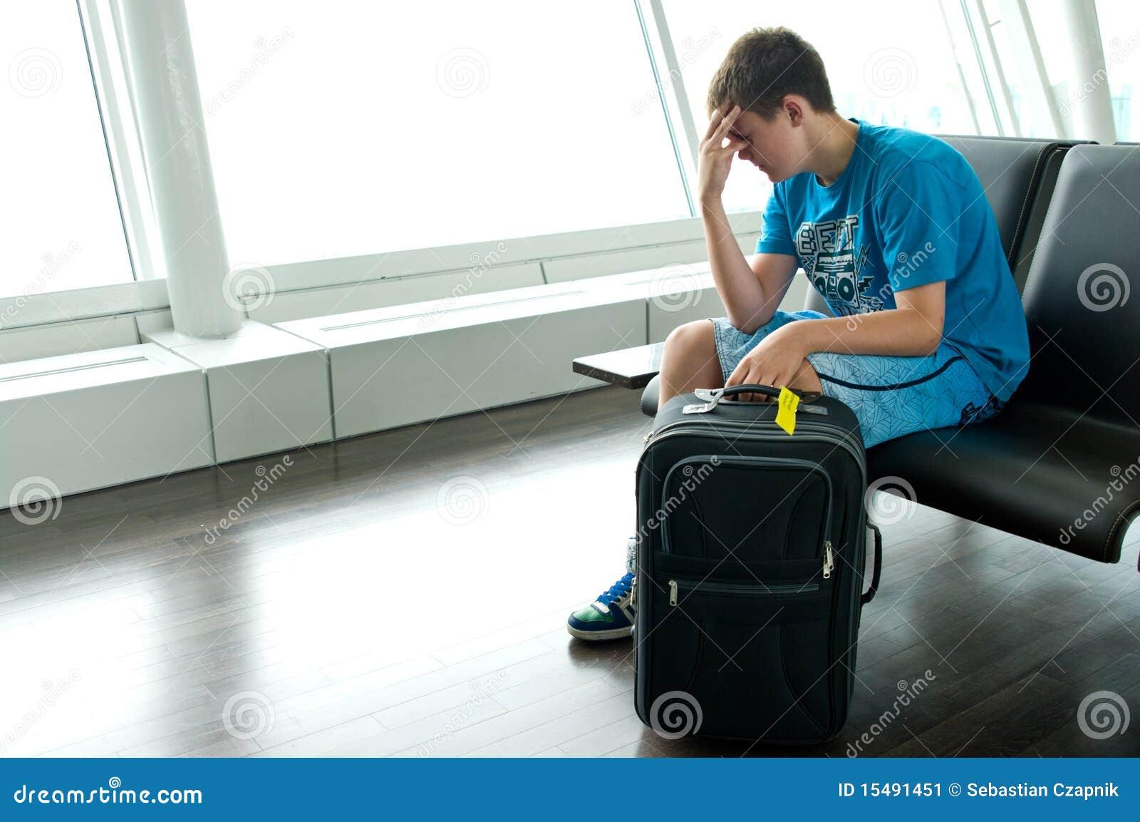 Garçon de l adolescence seul à l aéroport