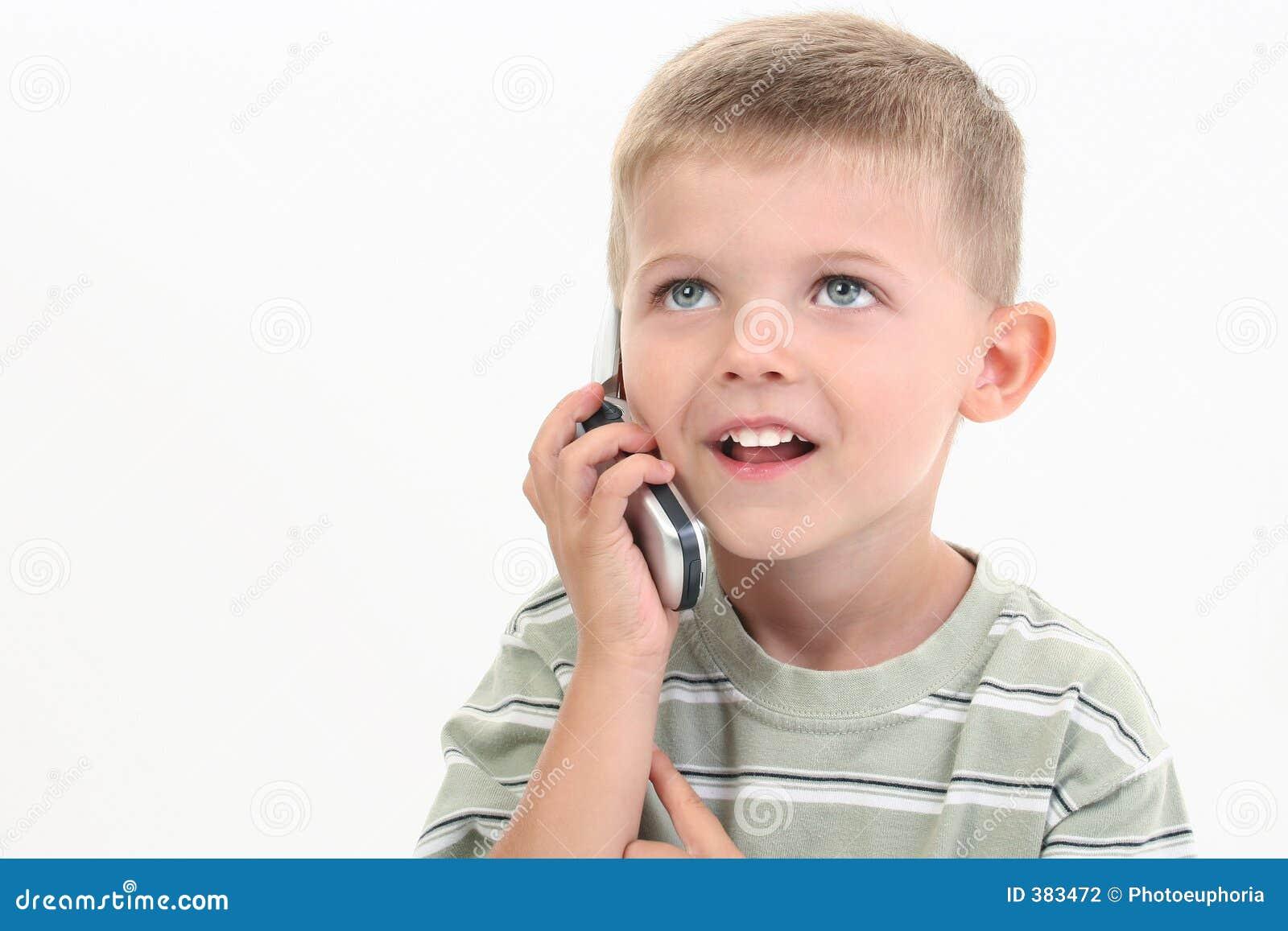 Garçon de quatre ans parlant du portable