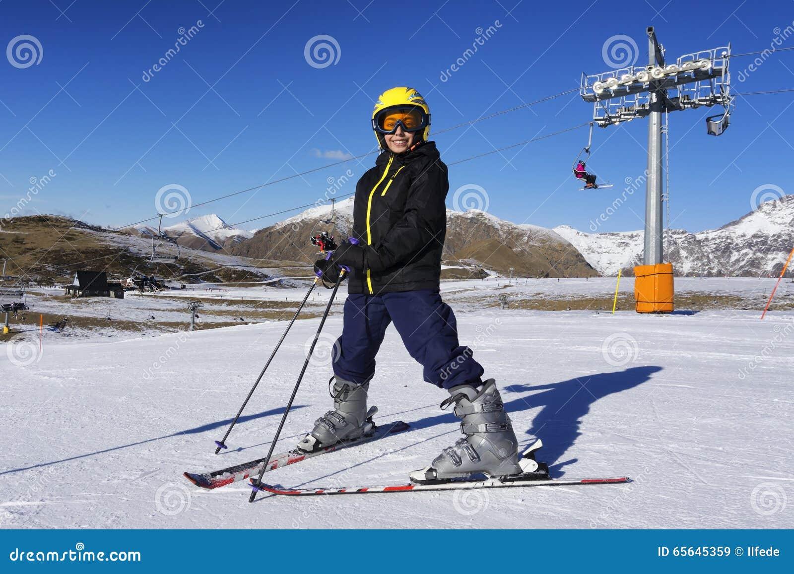 Garçon de ski avec le masque et le casque de ski