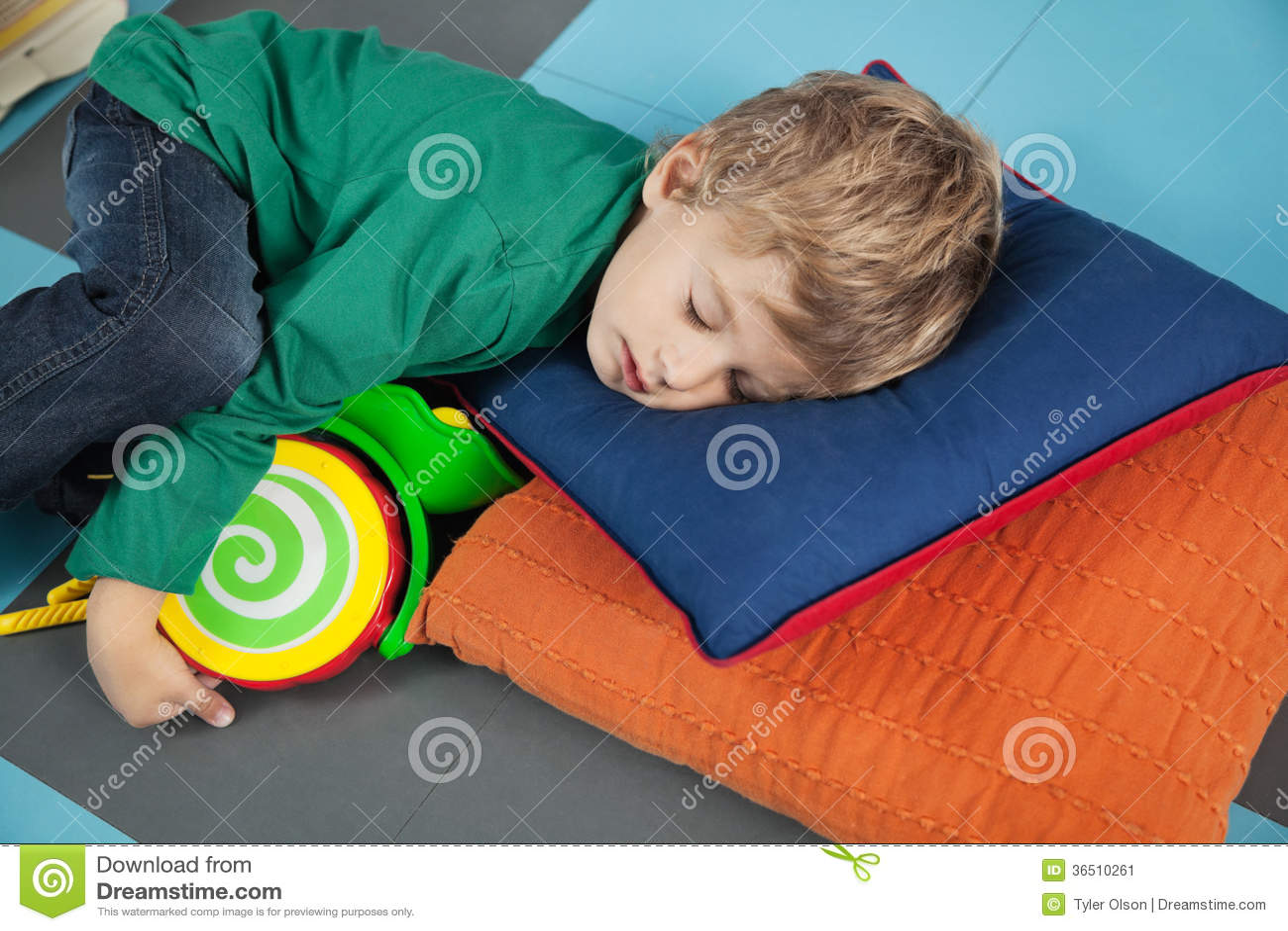 Garçon dormant avec Toy In Kindergarten