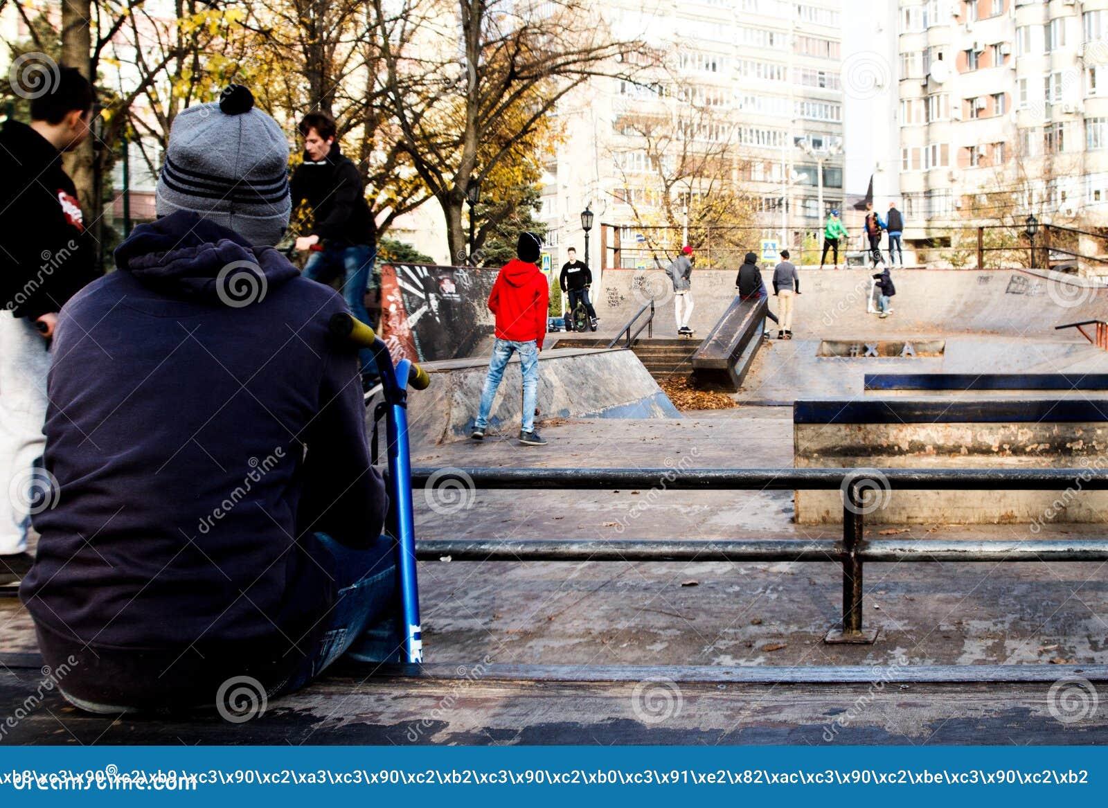 Garçon en parc de patin