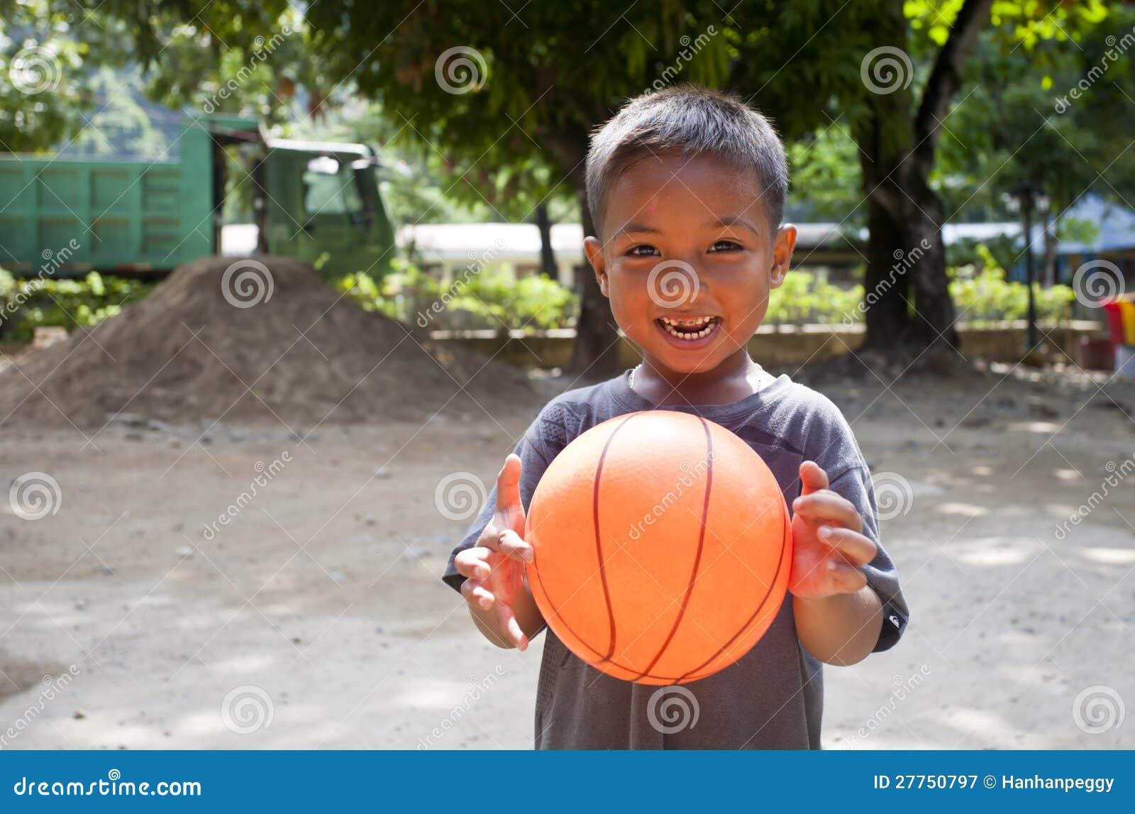 Garçon et basket-ball