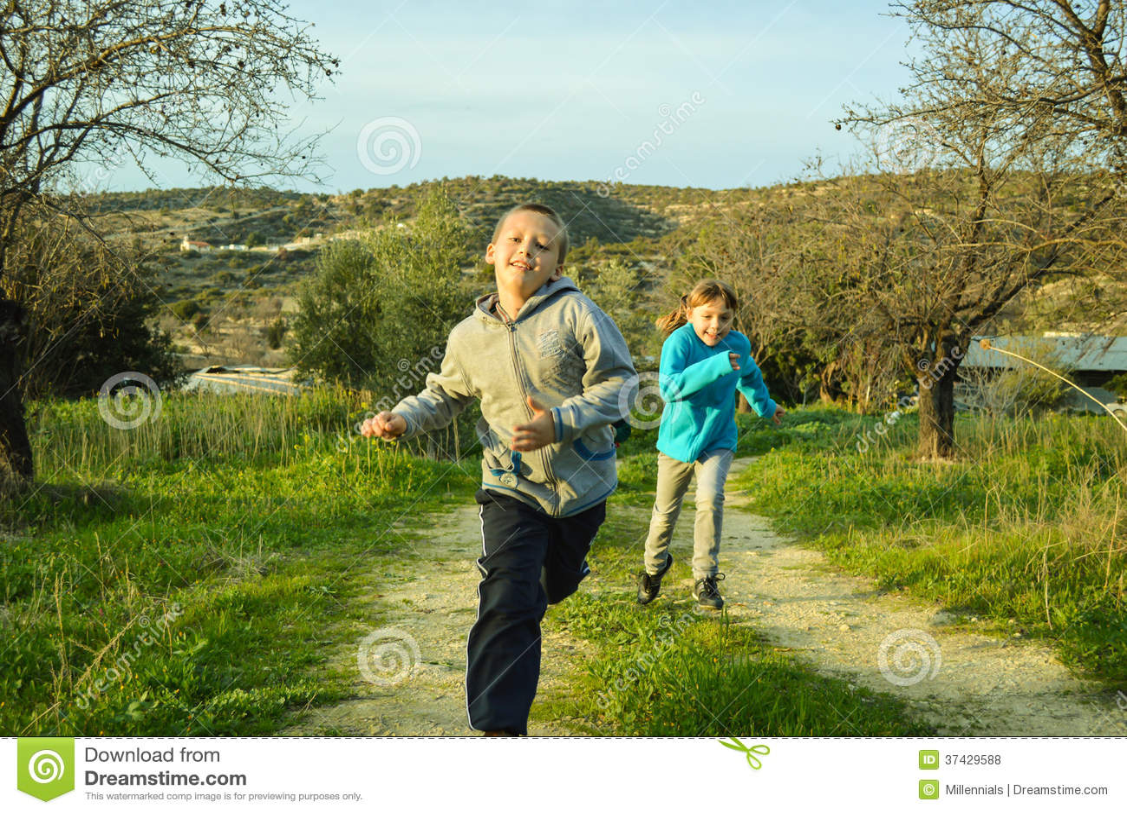 Garçon et fille s emballant
