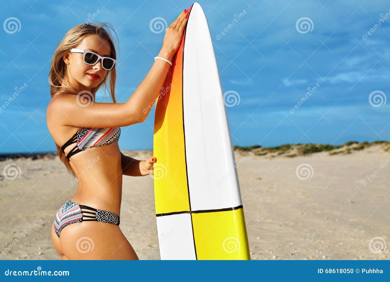 Garçon et filles s asseyant sur le bureau surfant et le regard sur la mer bleue Activité sportive de loisirs Surfer Femme avec la