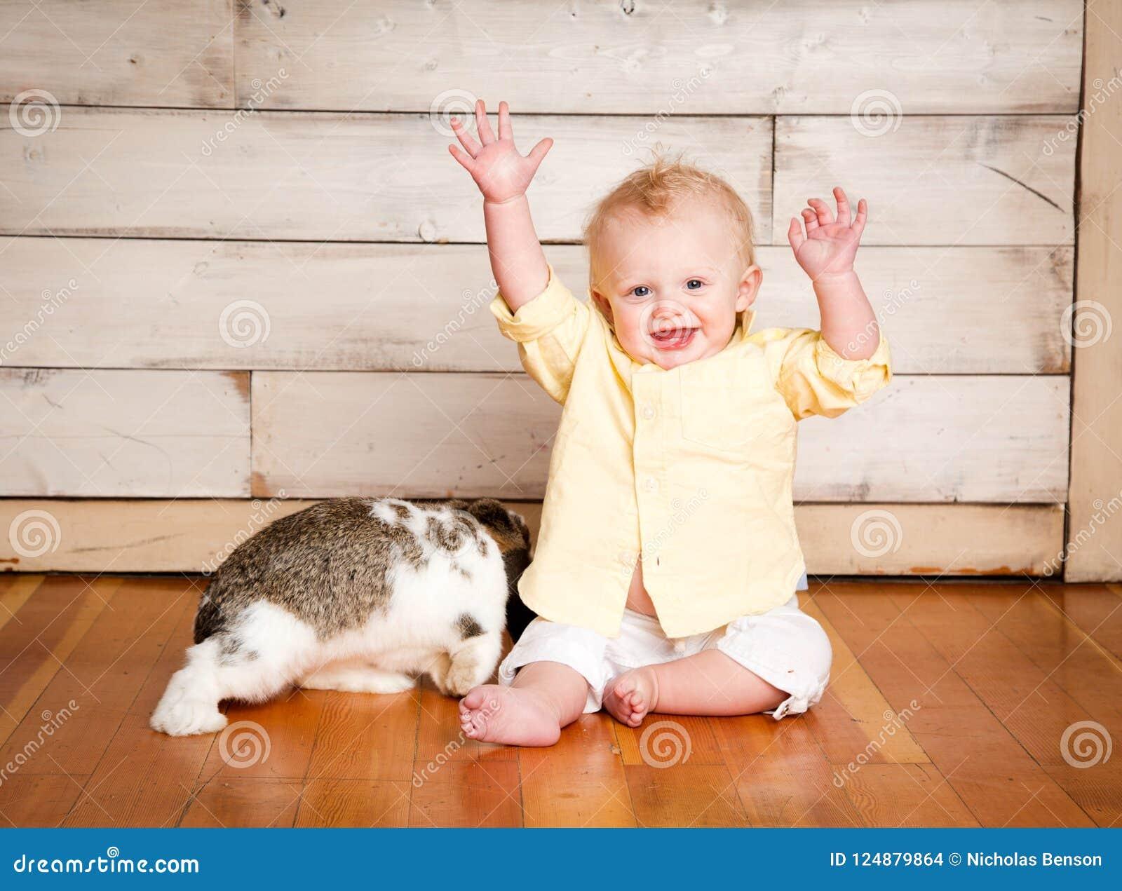 Garçon et lapin de Pâques