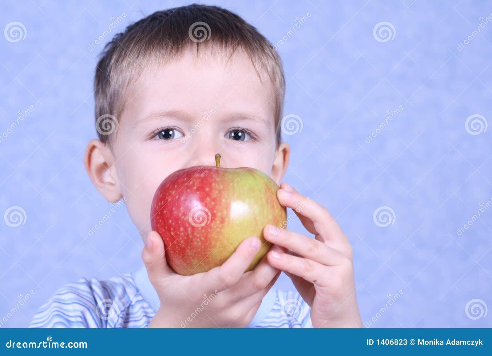 Garçon et pomme