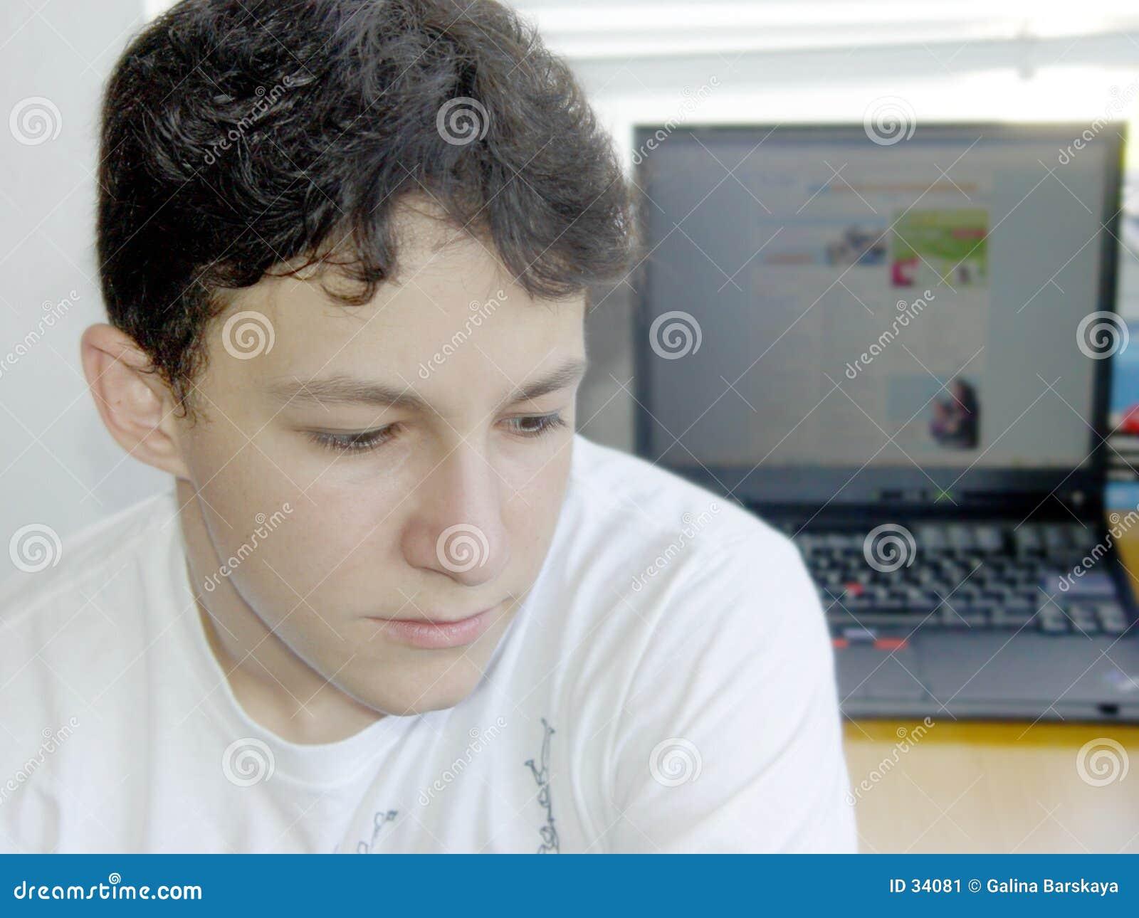 Garçon et son ordinateur portatif