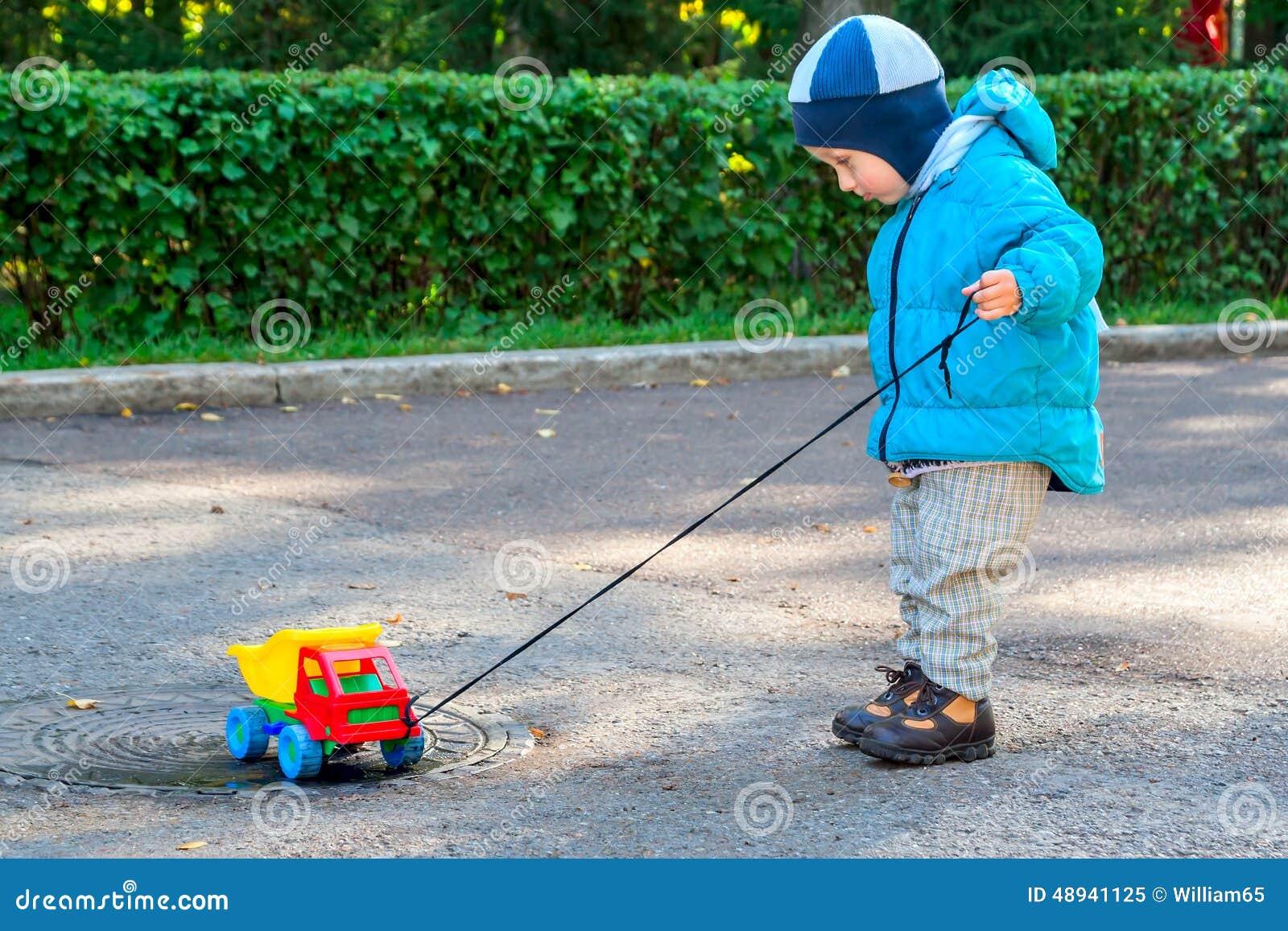 Garçon et véhicule