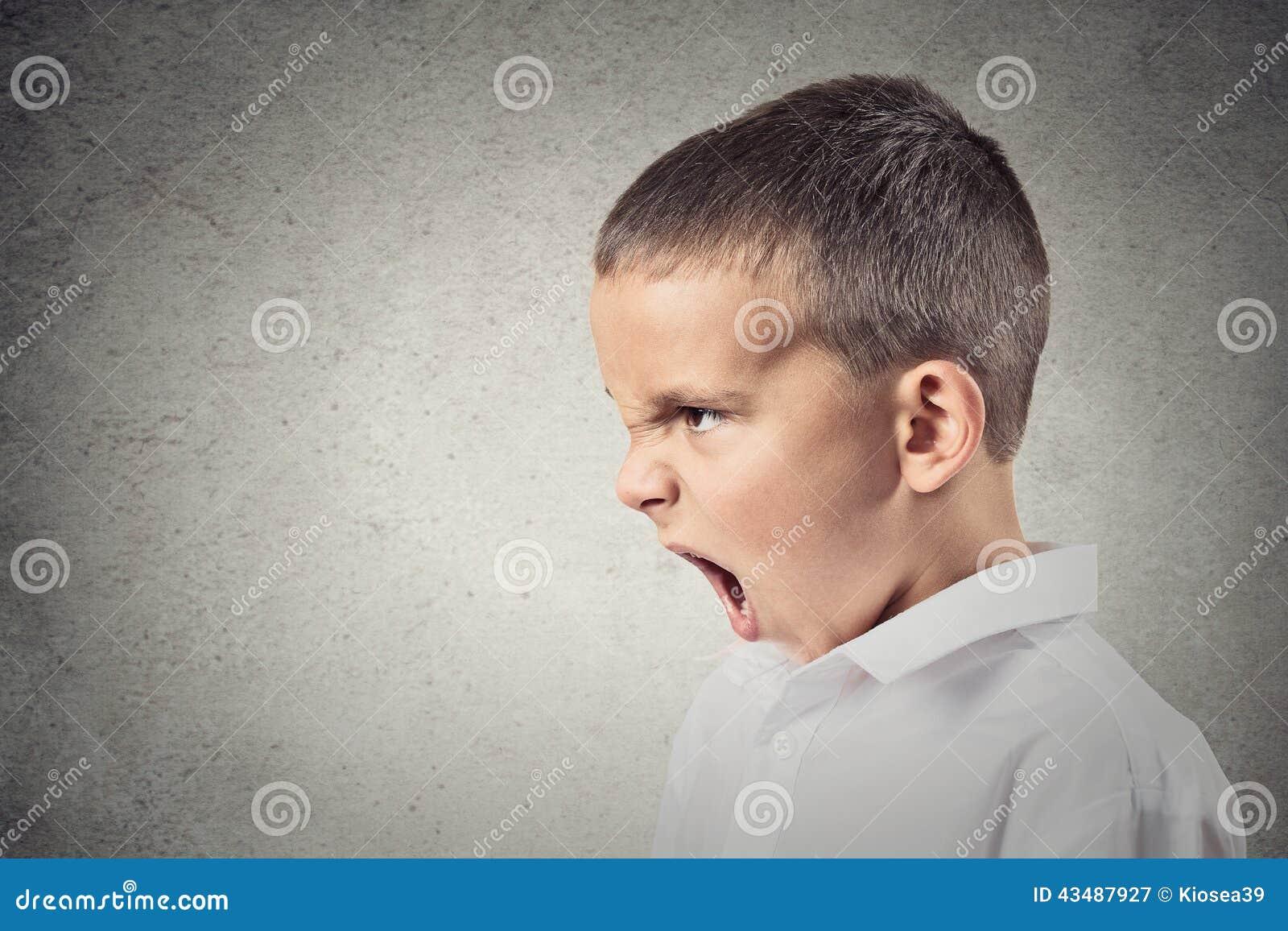 Garçon fâché criant