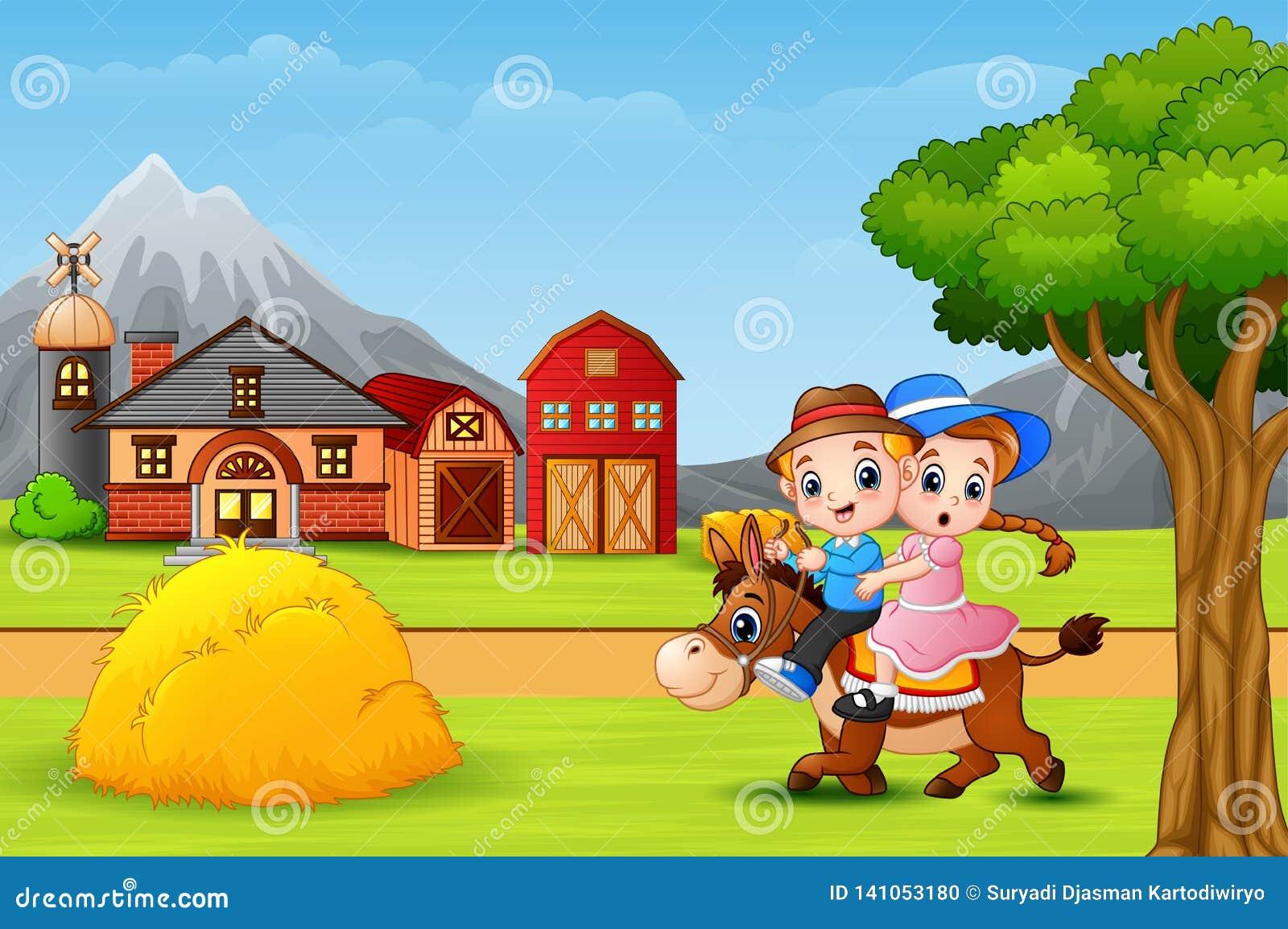 Garçon heureux et fille montant un cheval dans le paysage de faram