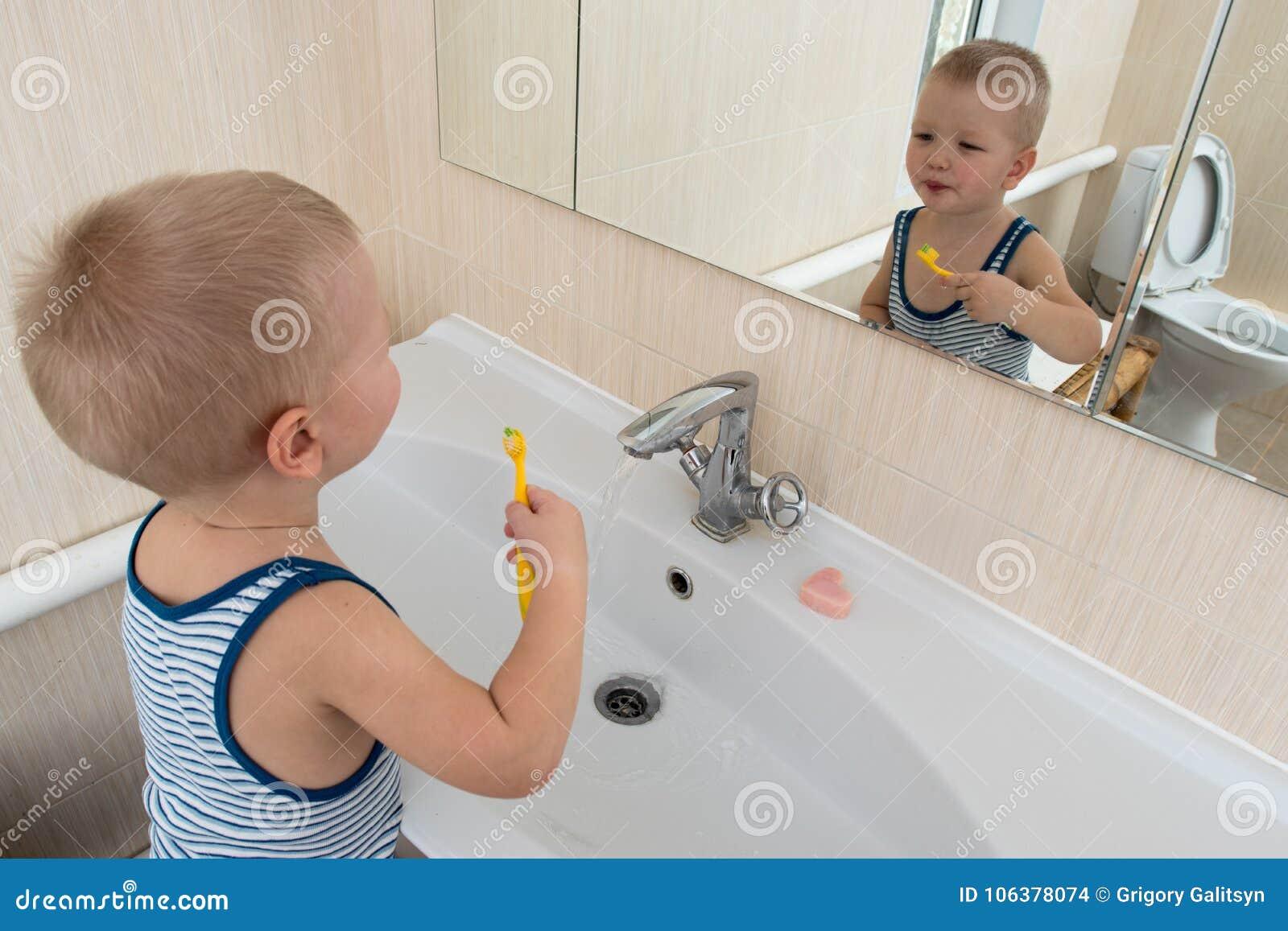 Salle De Bain Emotion ~ gar on heureux prenant le bain dans l vier de cuisine enfant jouant