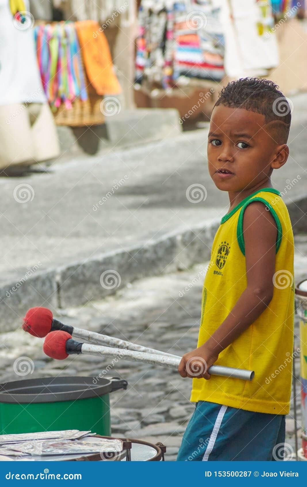 Garçon jouant des tambours dans Pelourinho, Bahia