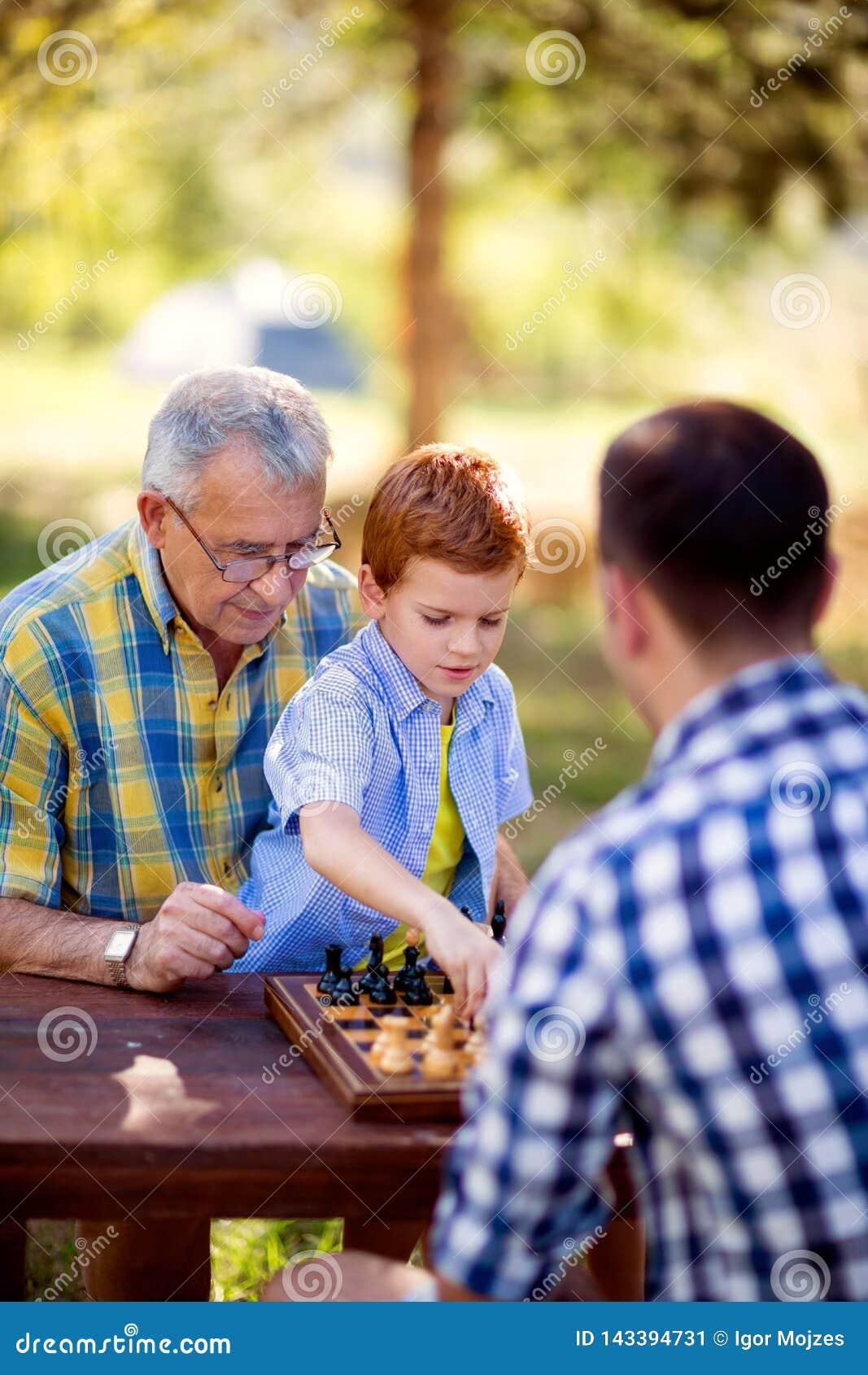 Garçon jouant la stratégie d échecs