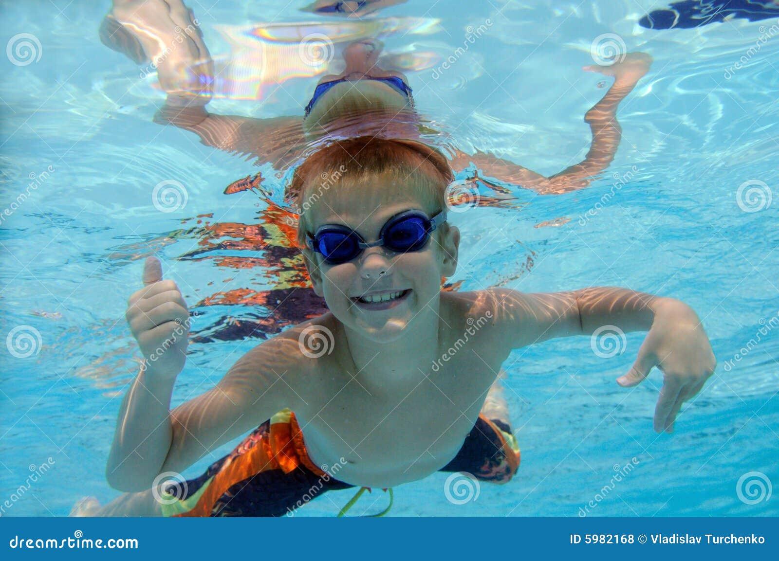 Garçon jouant sous l eau