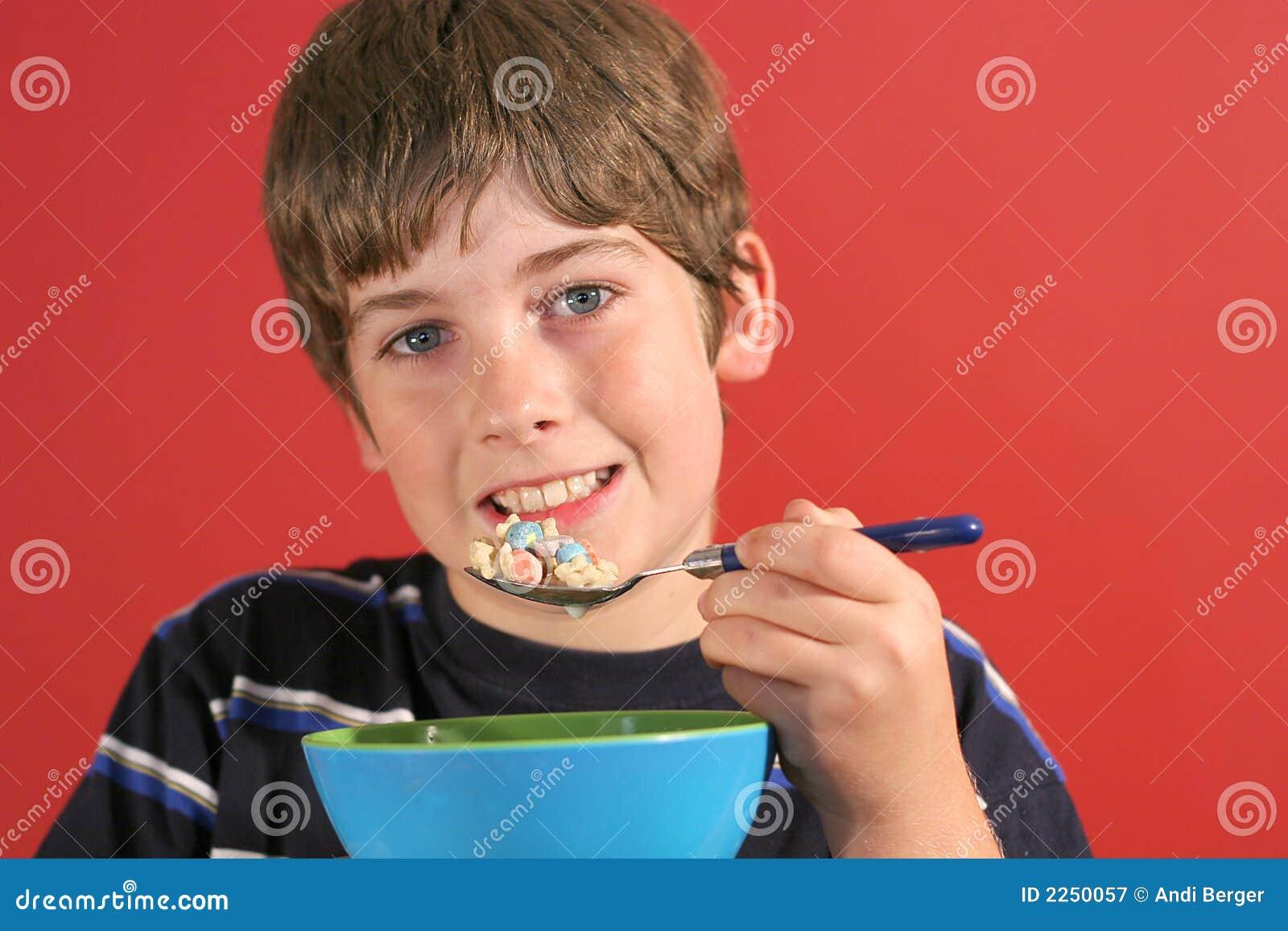 Garçon mangeant de la céréale